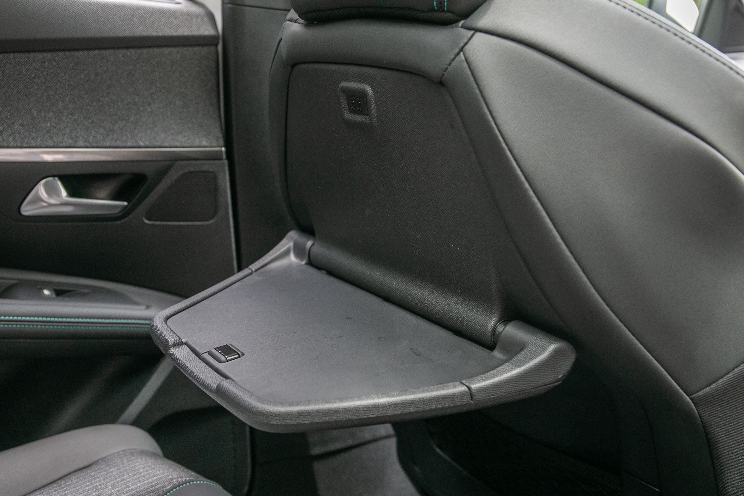 小巧的摺疊餐桌設計,是為了對應前座椅背造型。