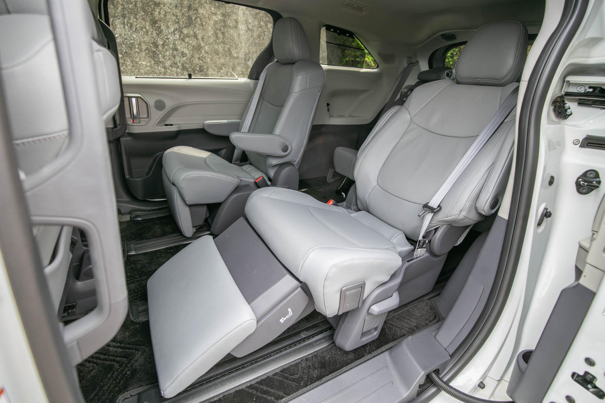 鉑金版另配備有專屬腿靠,搭配多項調整機制,堪比客機商務艙座椅舒適度。
