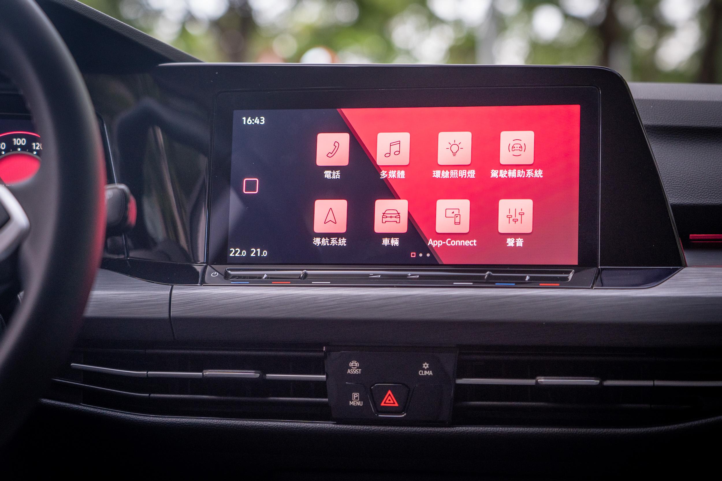 中控台上方為 10 吋多功能鏡面觸控主機,螢幕下緣有著 Touch Slider 數位觸控列。