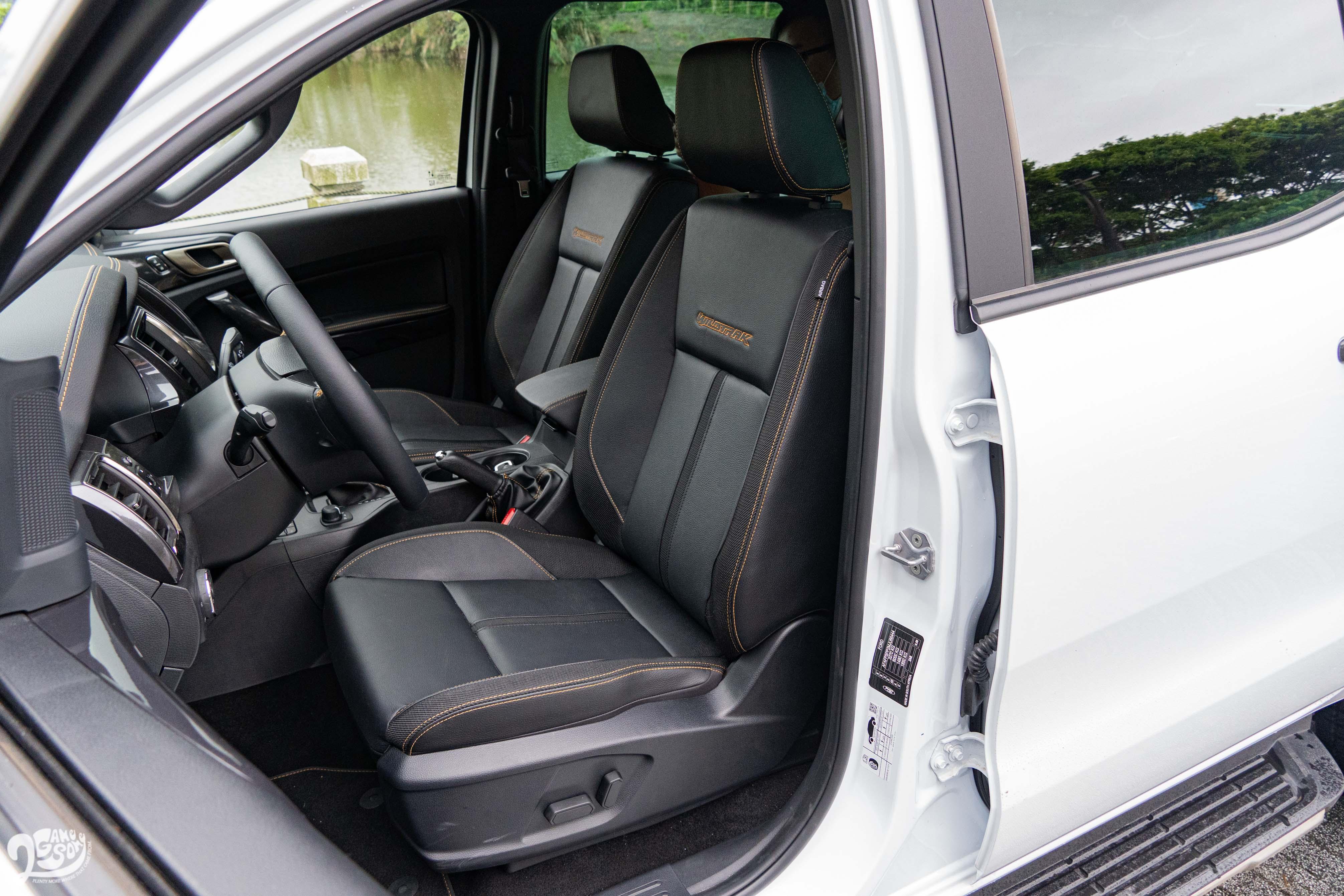 座椅用精緻合成皮,駕駛座電動調整附手動腰靠。