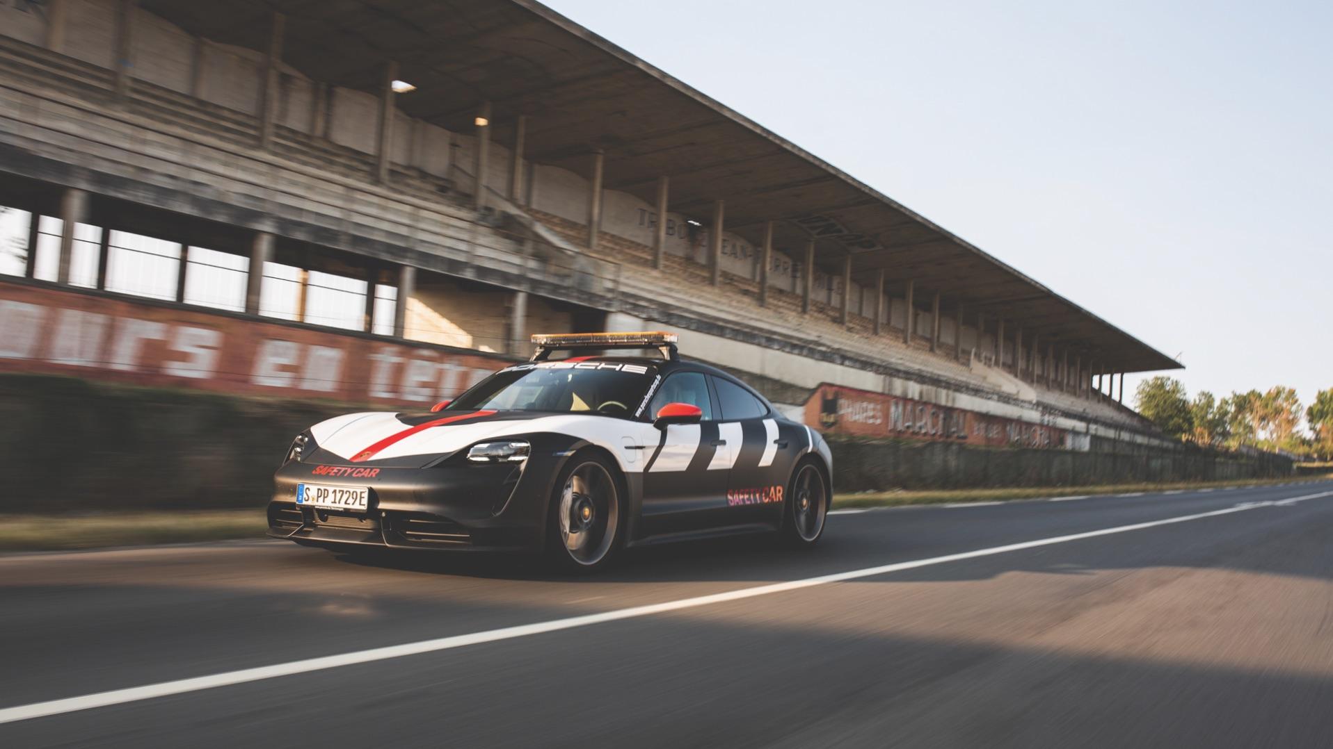此包膜造型源自 Porsche Carrera Cup 24 小時利曼賽事安全前導車。