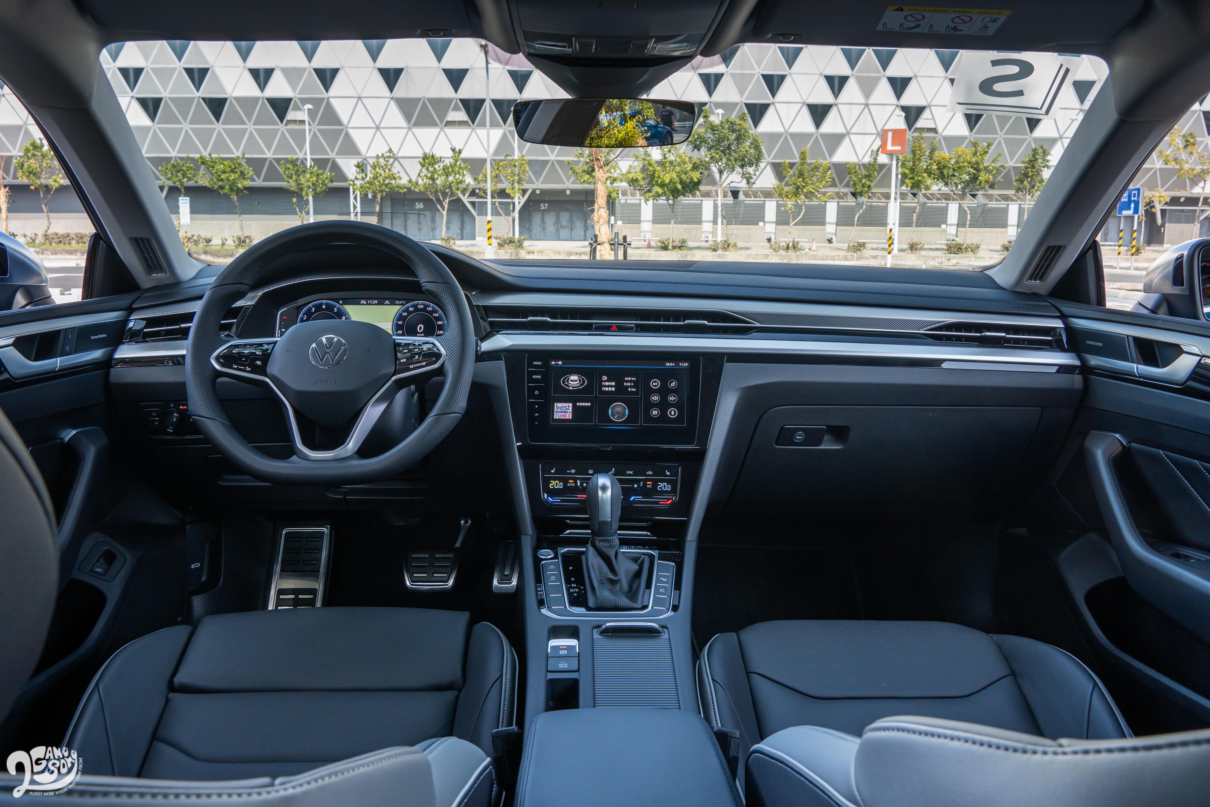 中控台採用環艙飾板造型,搭配多樣數位科技,展現與外觀截然不同的理性氛圍。