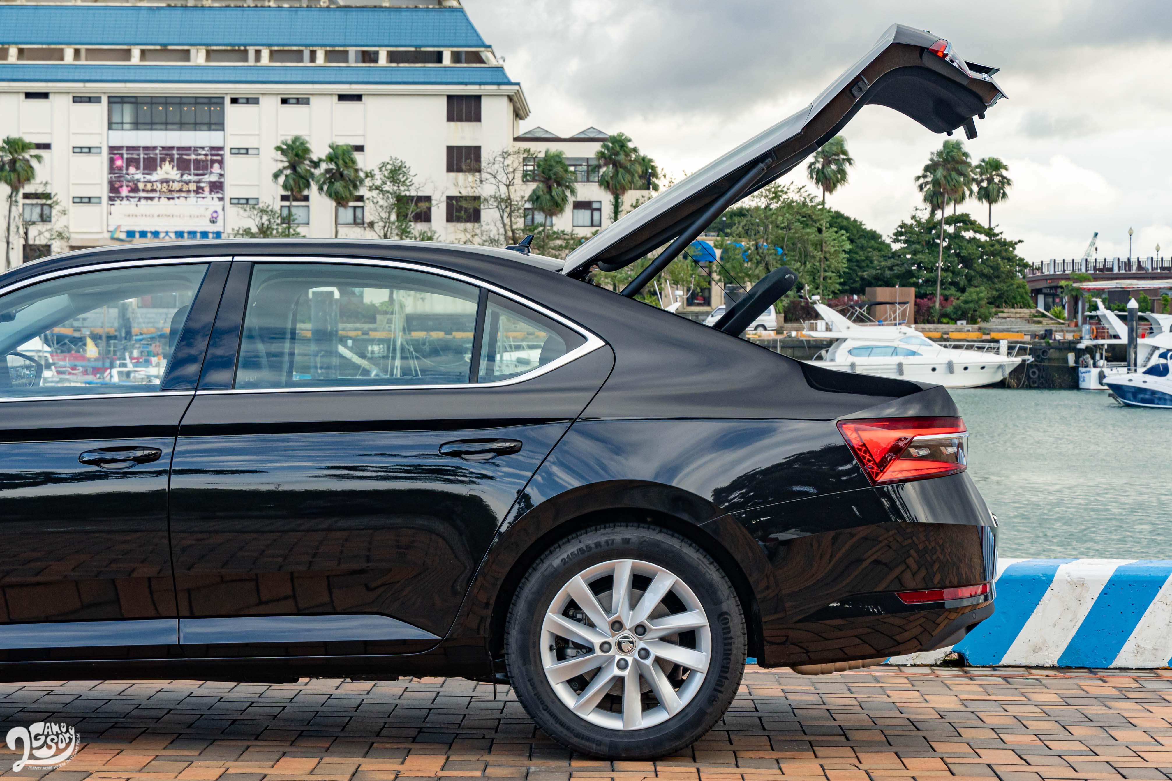 Škoda Superb 為掀背車款,並標配智慧體感電動啓閉尾門。
