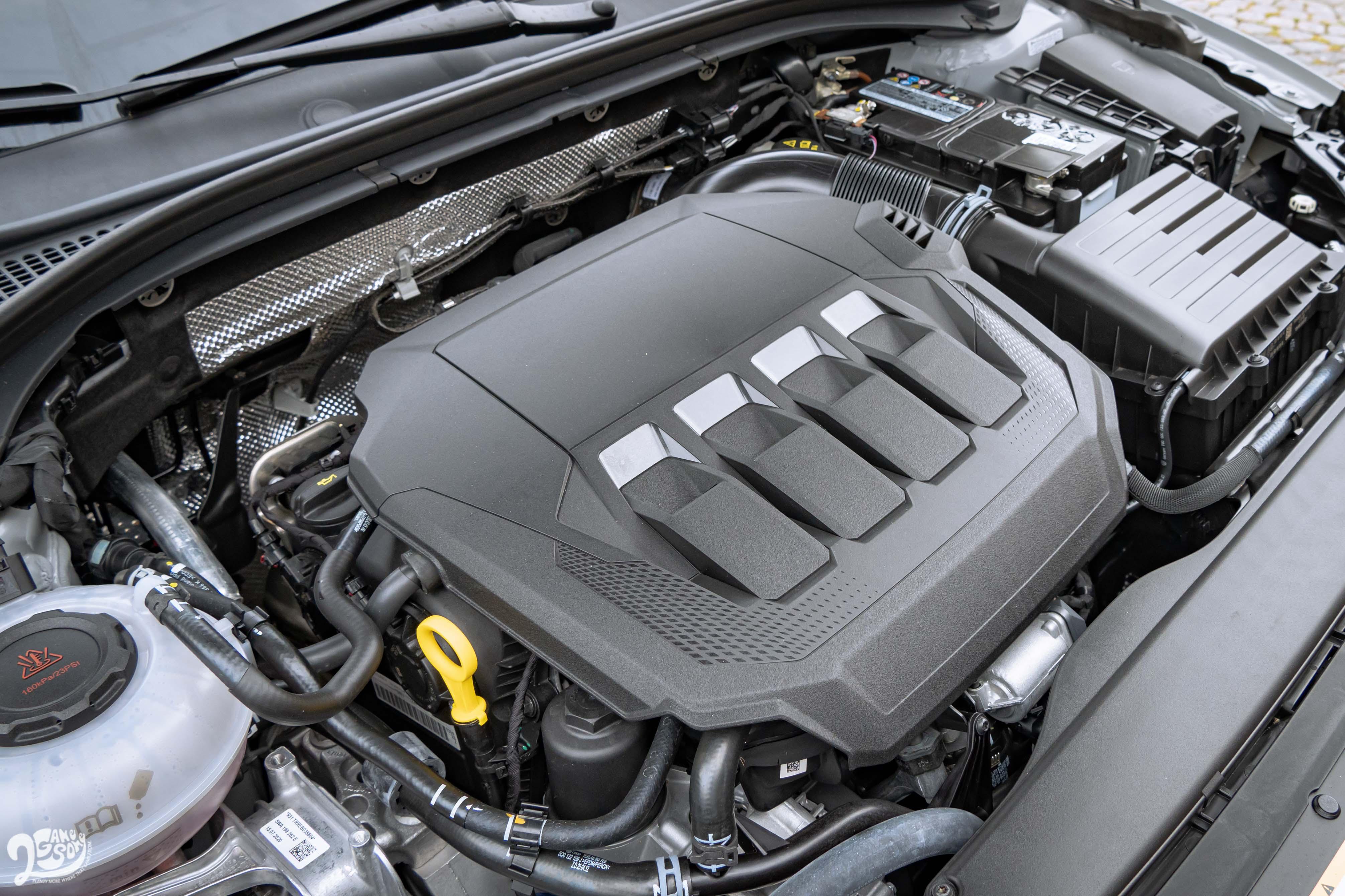 直列四缸渦輪增壓引擎輸出 272 匹馬力、35.7 公斤米,可於 5.7 秒破百。