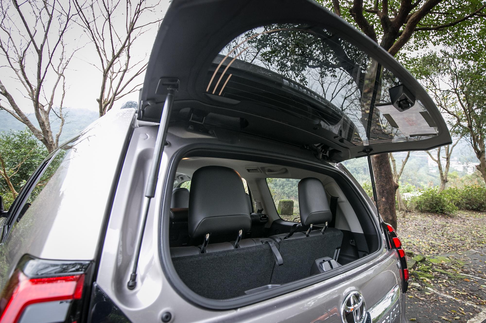 後擋風玻璃具備獨立開啟功能,便利小物取放。