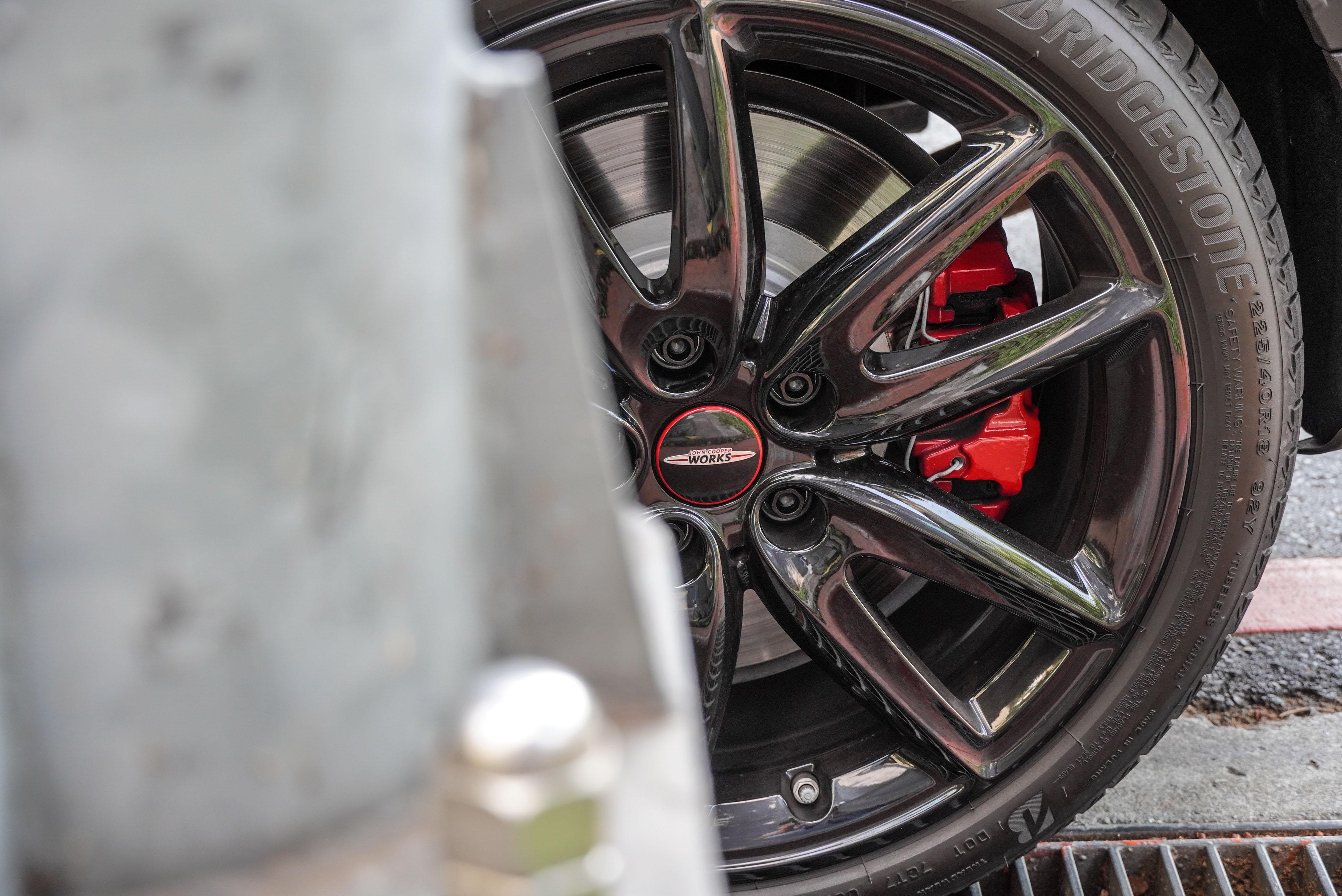 試駕車選配 JCW 懸浮式定軸輪圈蓋。