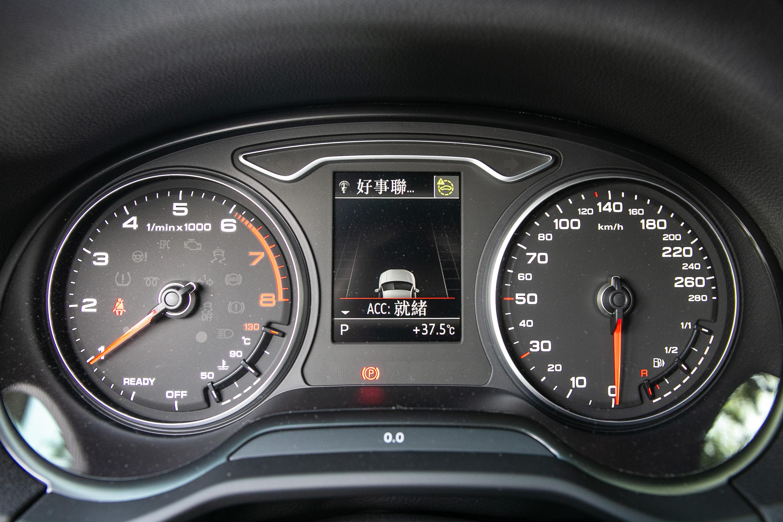 沒有時興的全數位液晶儀表板,而是傳統指針式搭配中央資訊顯示幕。
