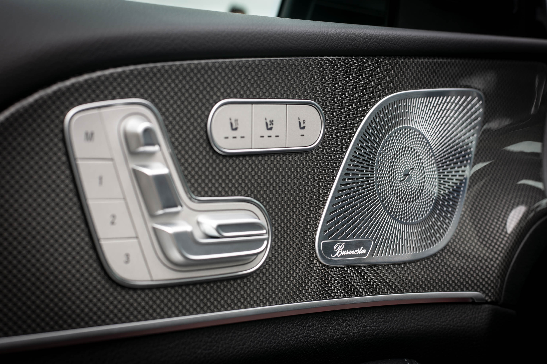 前座椅具備加熱與通風功能,13 支揚聲器規格的 Burmester 環場音響系統也為標配。