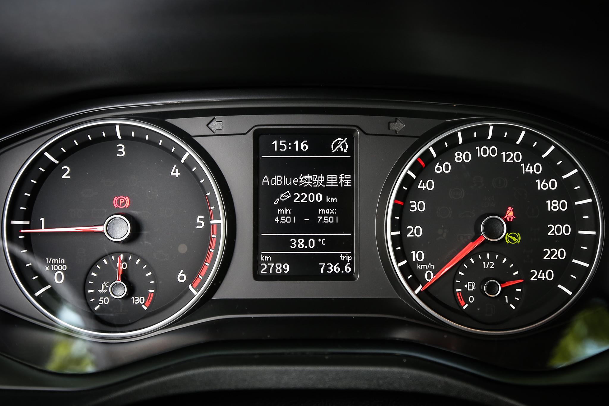 儀表板中央提供液晶顯示螢幕。