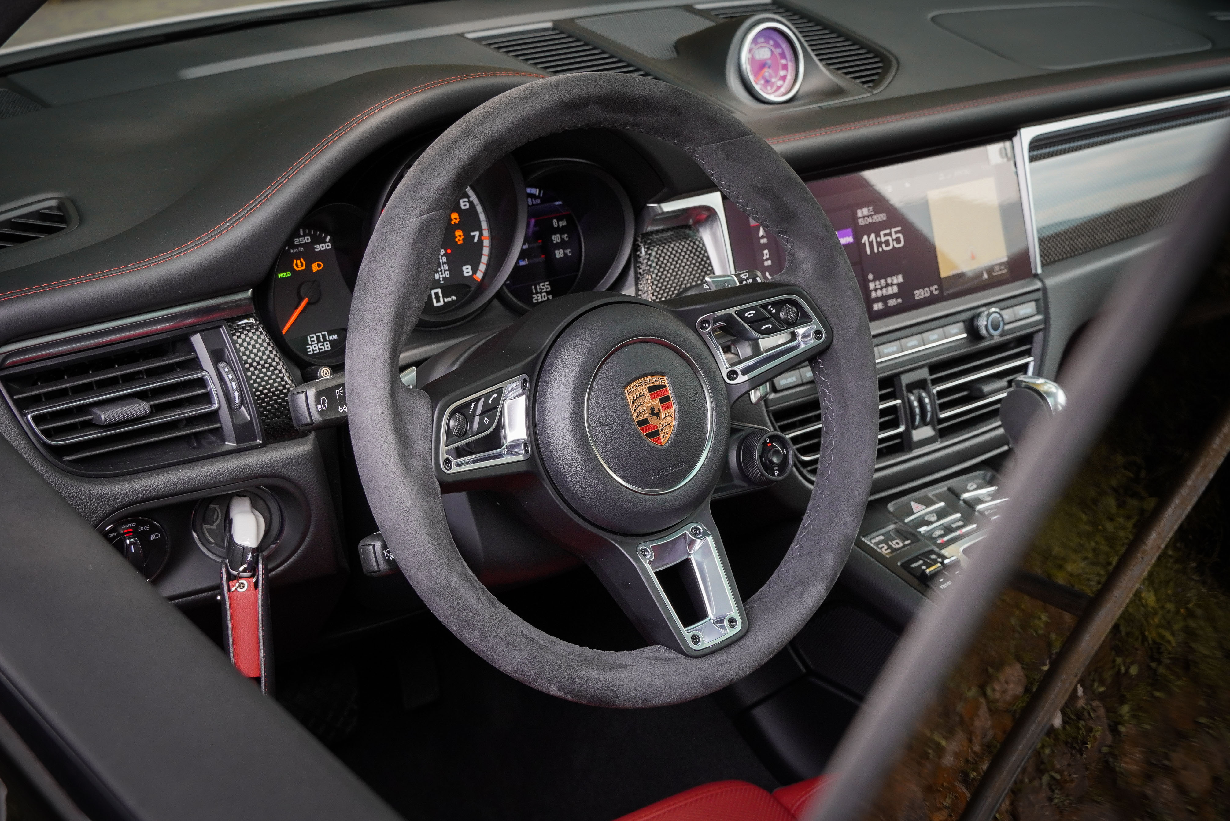 試駕車選配 Alcantara 麂皮包覆多功能 GT 跑車式方向盤,含電熱裝置。