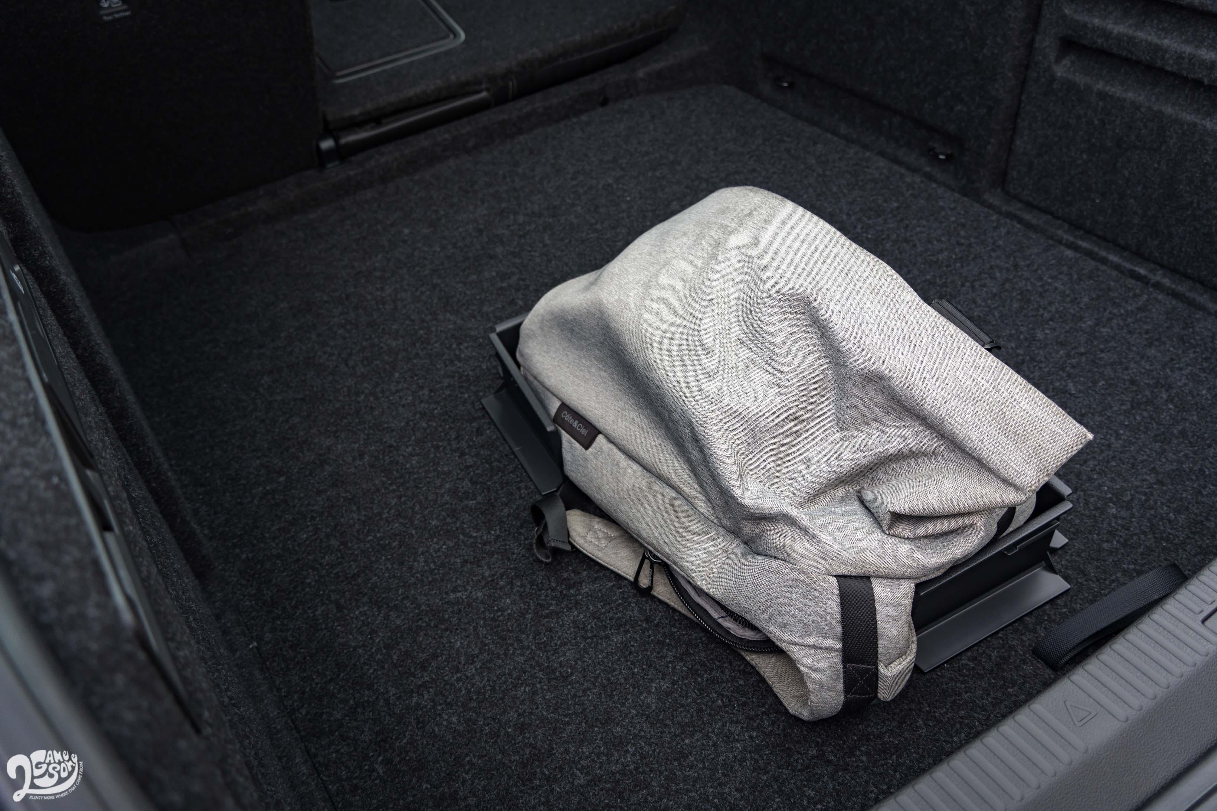 側邊夾層提供魔鬼氈隔板,防止行李滑動。