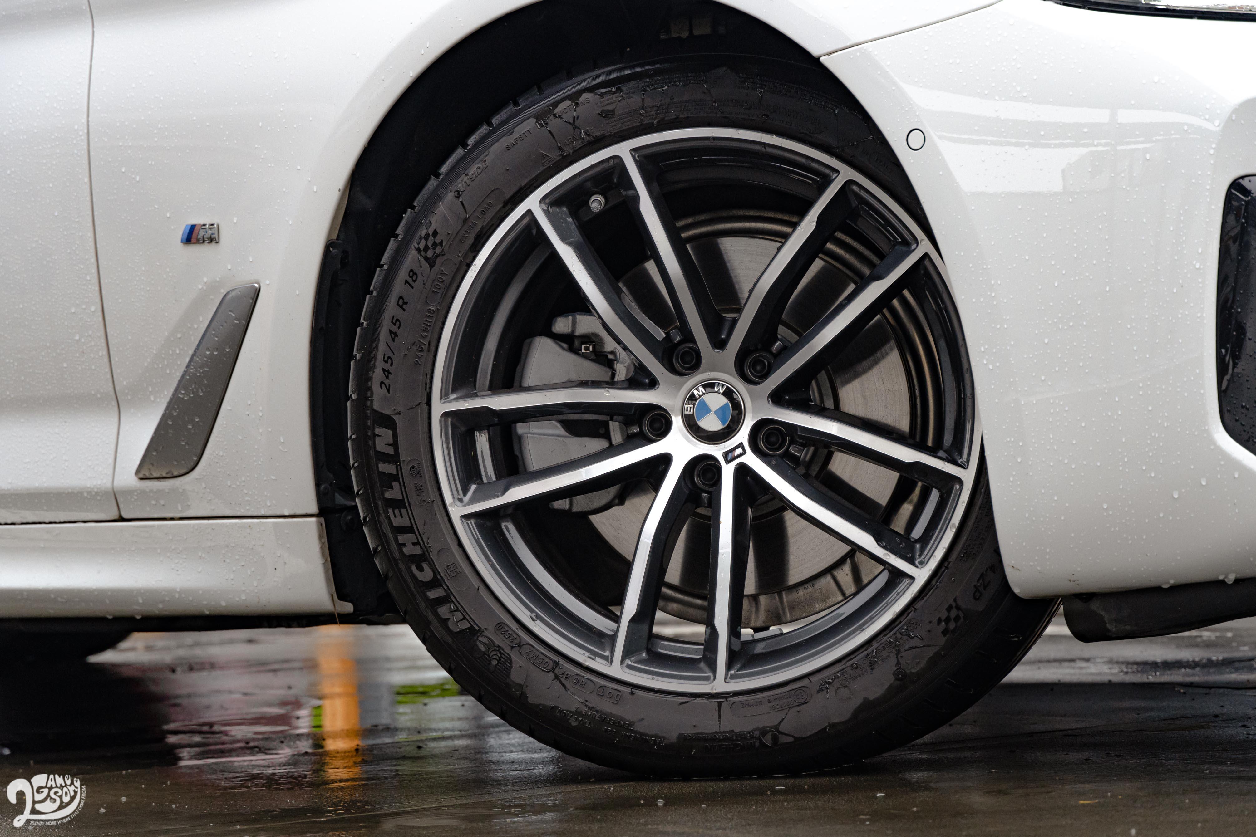520i M Sport 標配 18 吋輪圈。