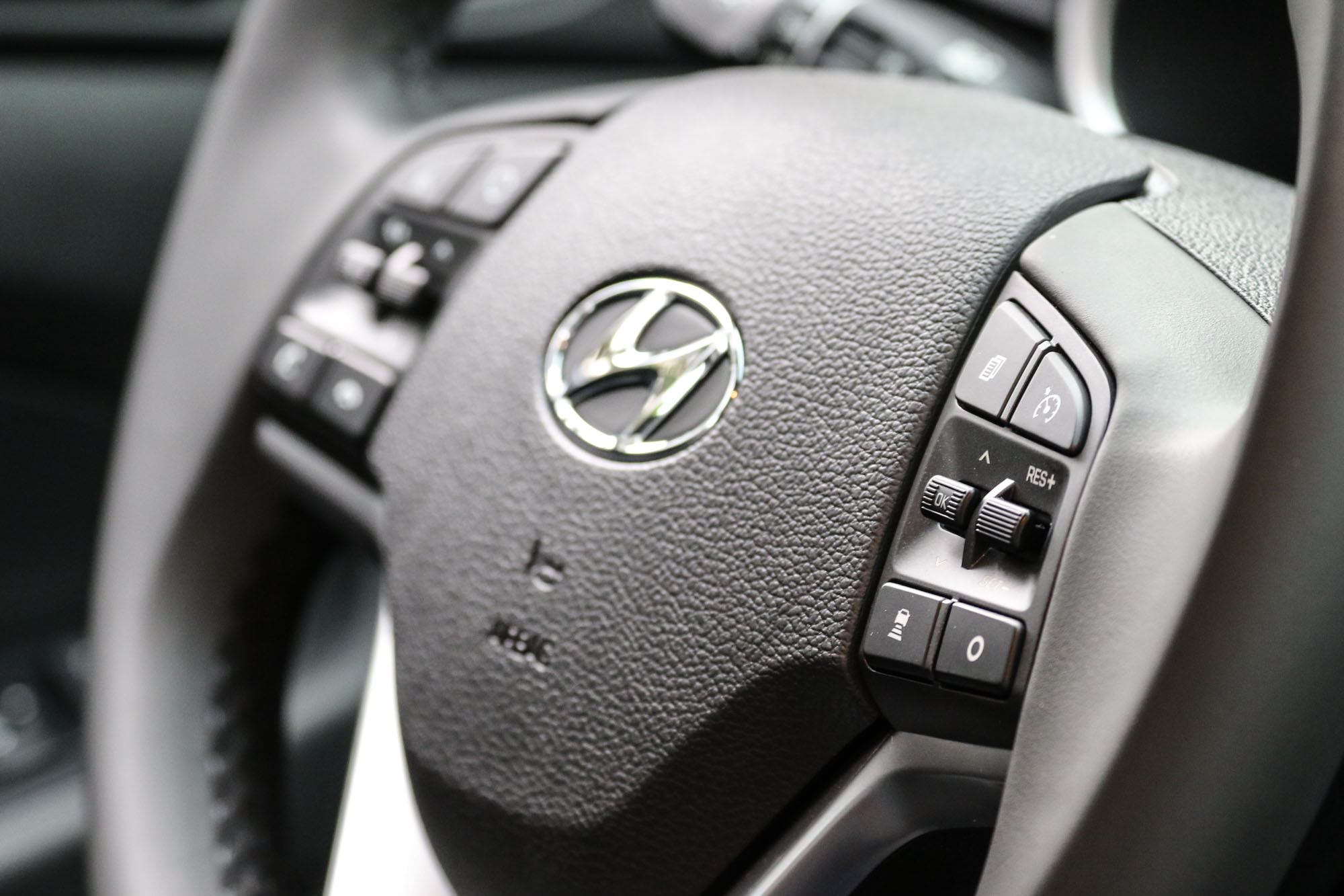 SCC 的智慧型主動車距維持系統可透過方向盤右側的按鍵操作,使用上相當簡單直覺。