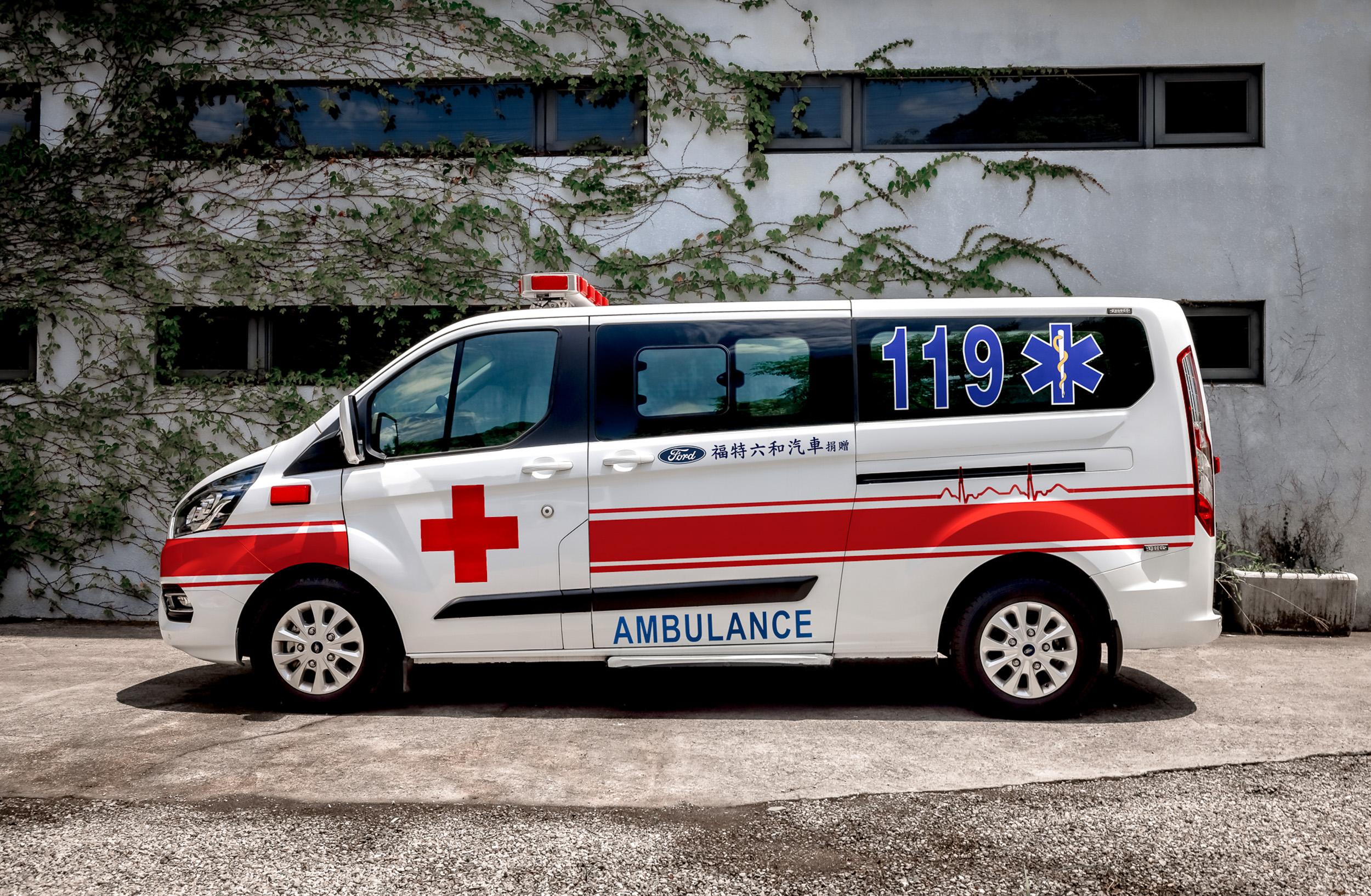 Ford 以旗下福特旅行家廂型車款緊急打造出 2 輛有移動的 N95 口罩之稱,具負壓式隔離床艙的救護車,使其能在最短時間內投入抗疫服務。
