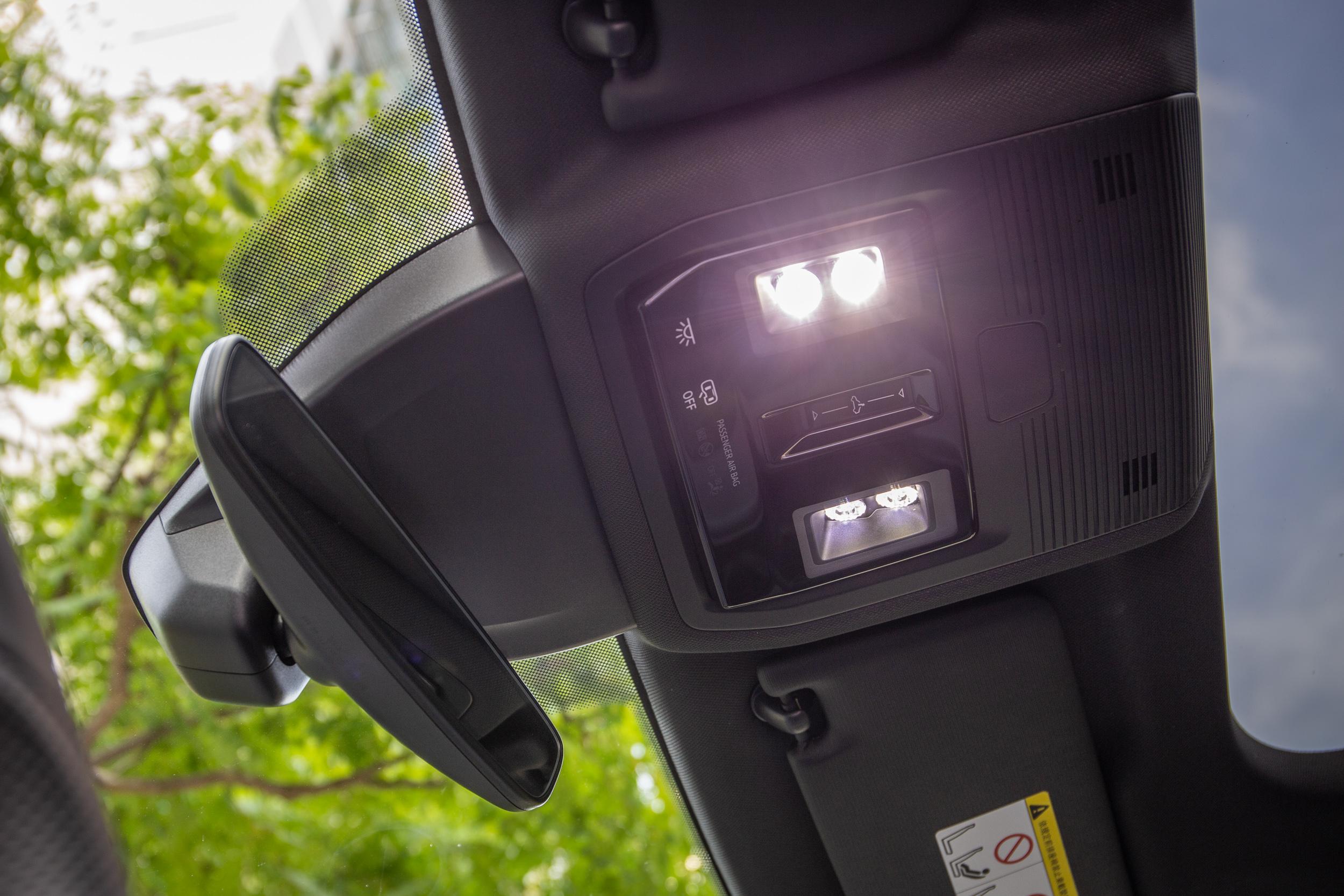 天窗與車內燈開關都是觸控式。