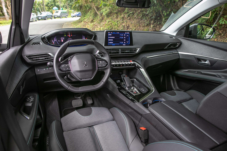 座艙內鋪陳與小改款前大抵相同,仍維持十分出色的設計質感與科技氛圍。