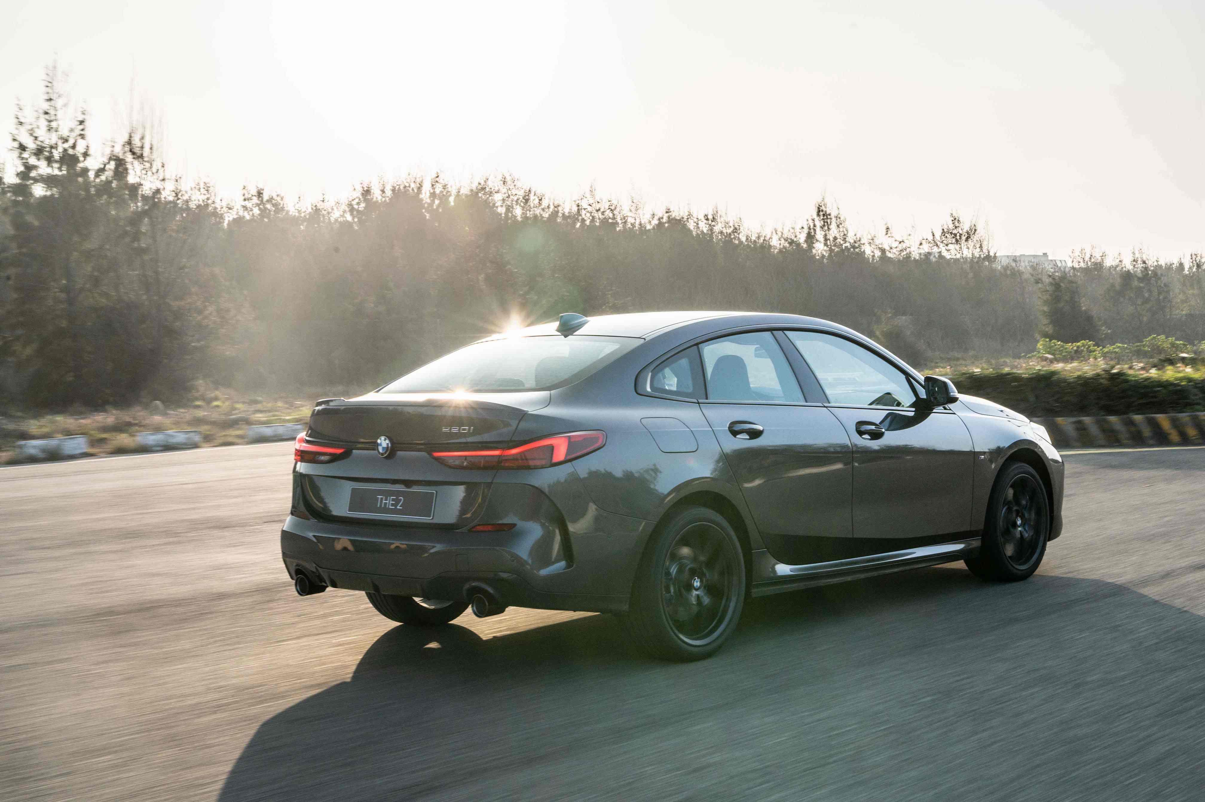 標準配備 M 款煞車套件、ARB 防滑控制系統與彎道控制系統(Performance Control)。