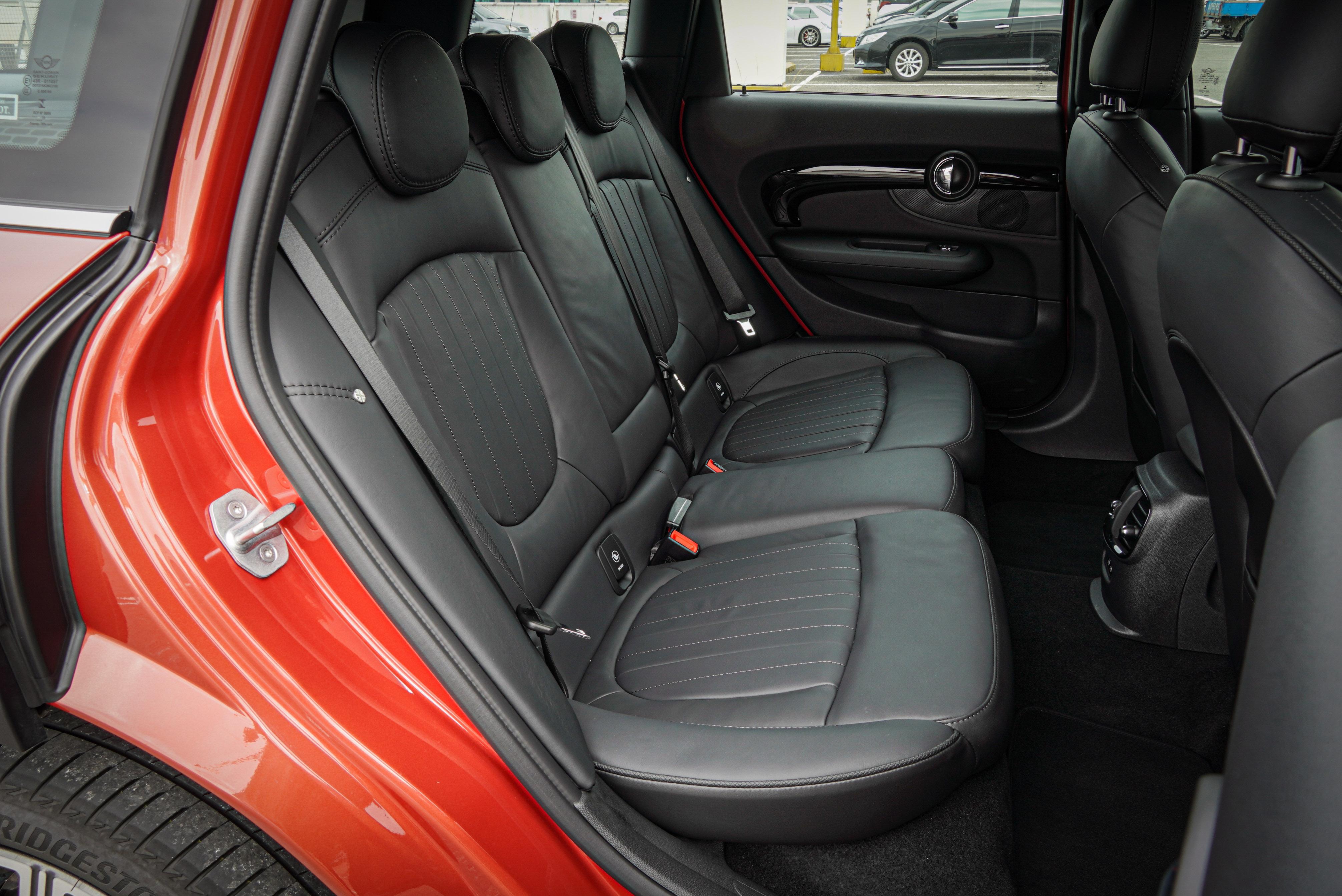 Clubman 後座腿部空間對多數成人來說算充裕,頭部空間 1441 mm 的車高而較為侷促。