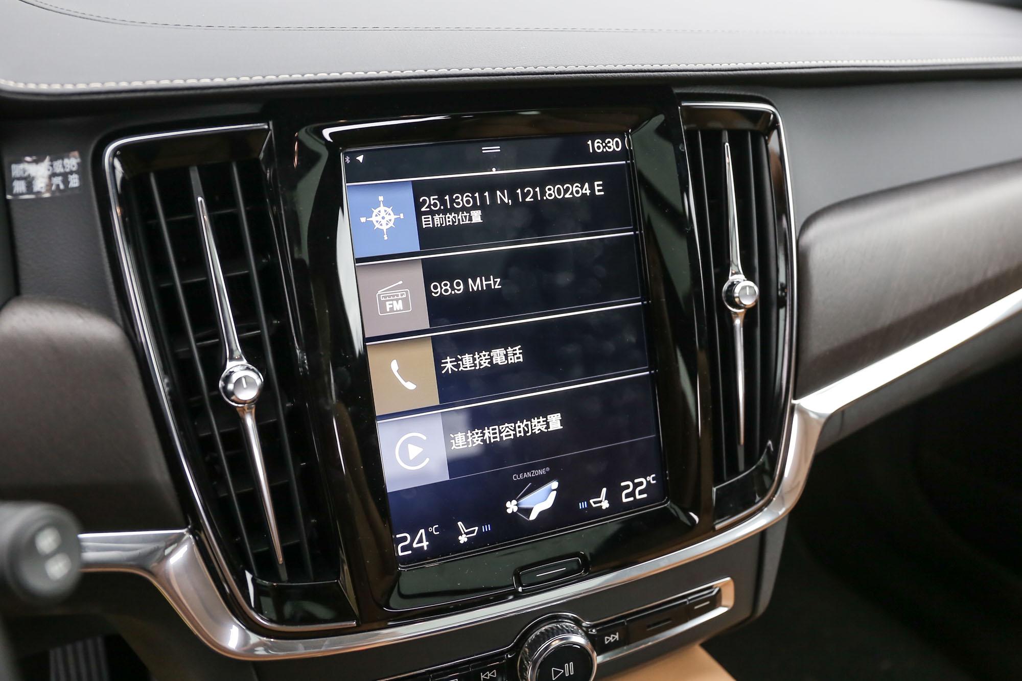 9 吋整合觸控螢幕中控台內建 Sensus 資訊暨衛星導航控制介面。