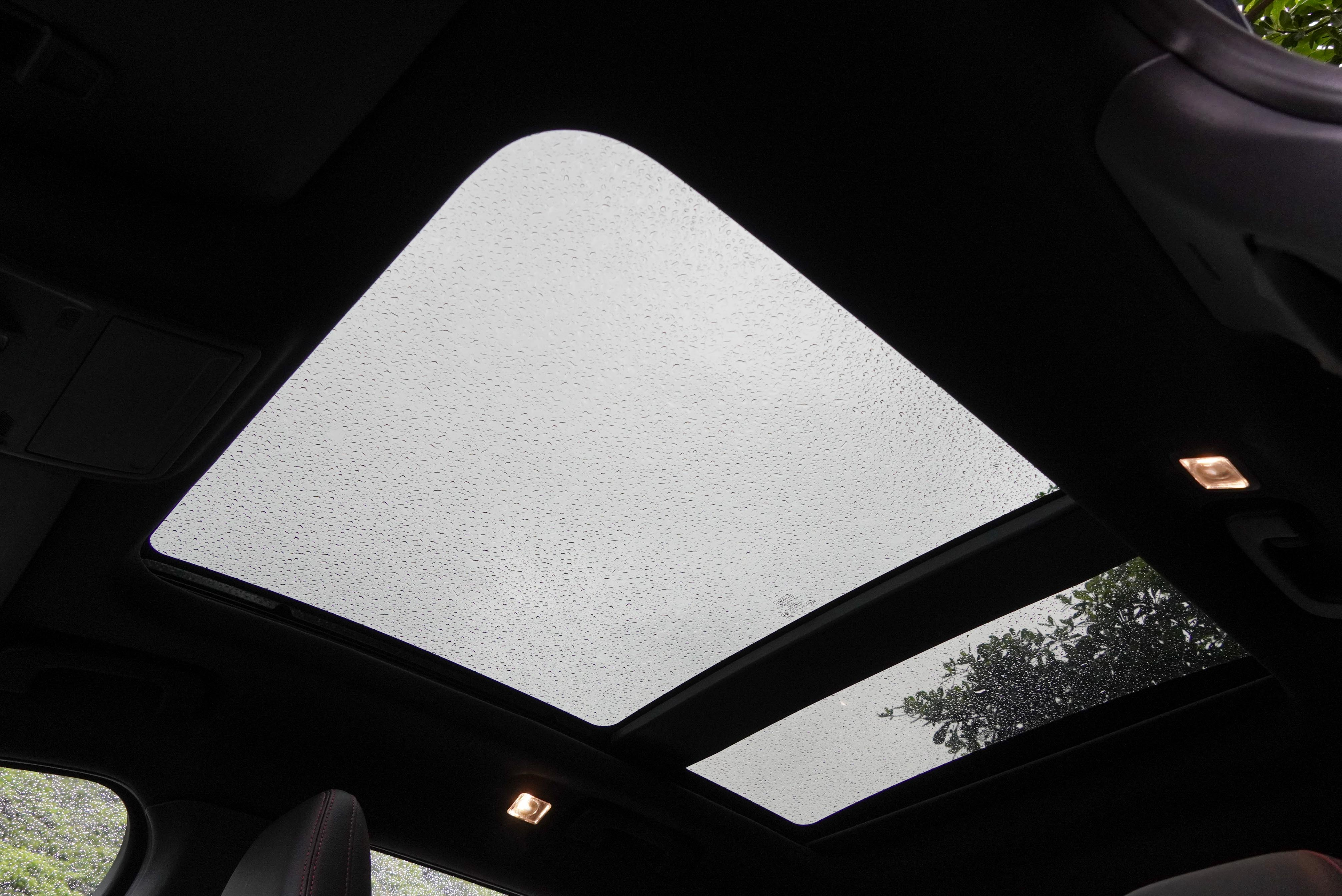 Kuga ST-Line 標配全景式電動天窗。