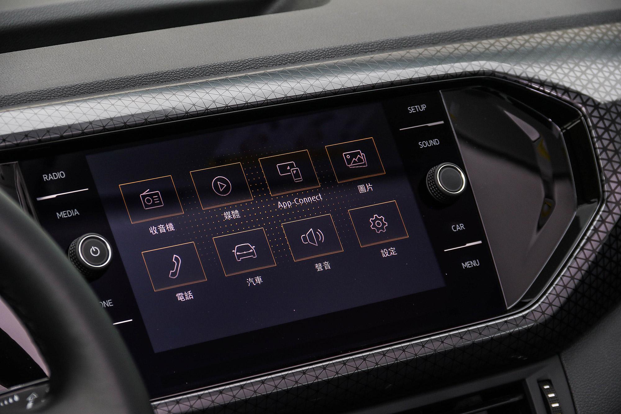 全車系皆標配 8 吋鏡面飾觸控螢幕。