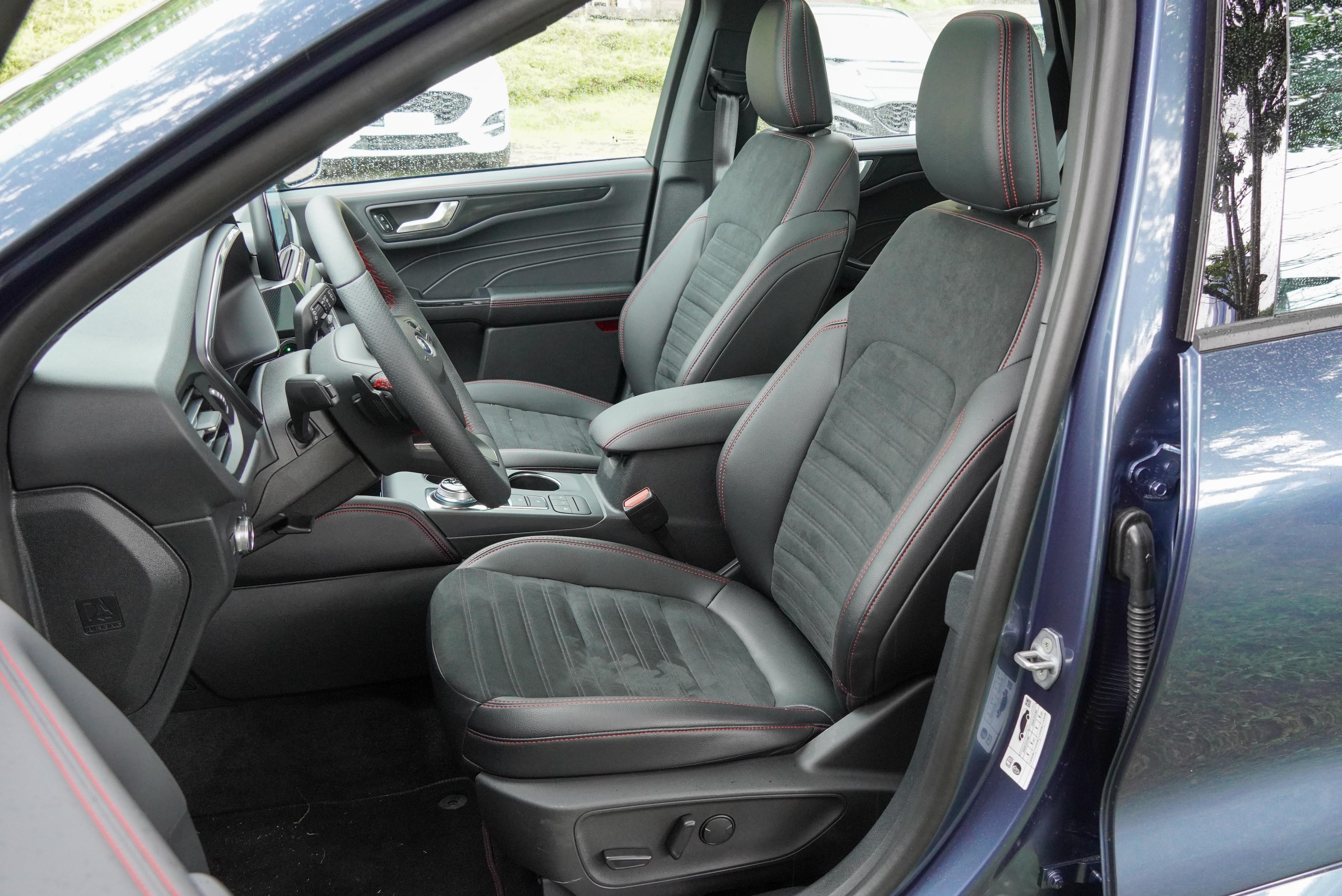 ST-Line 標配類麂皮運動座椅,附駕駛座 10 向電動調整。