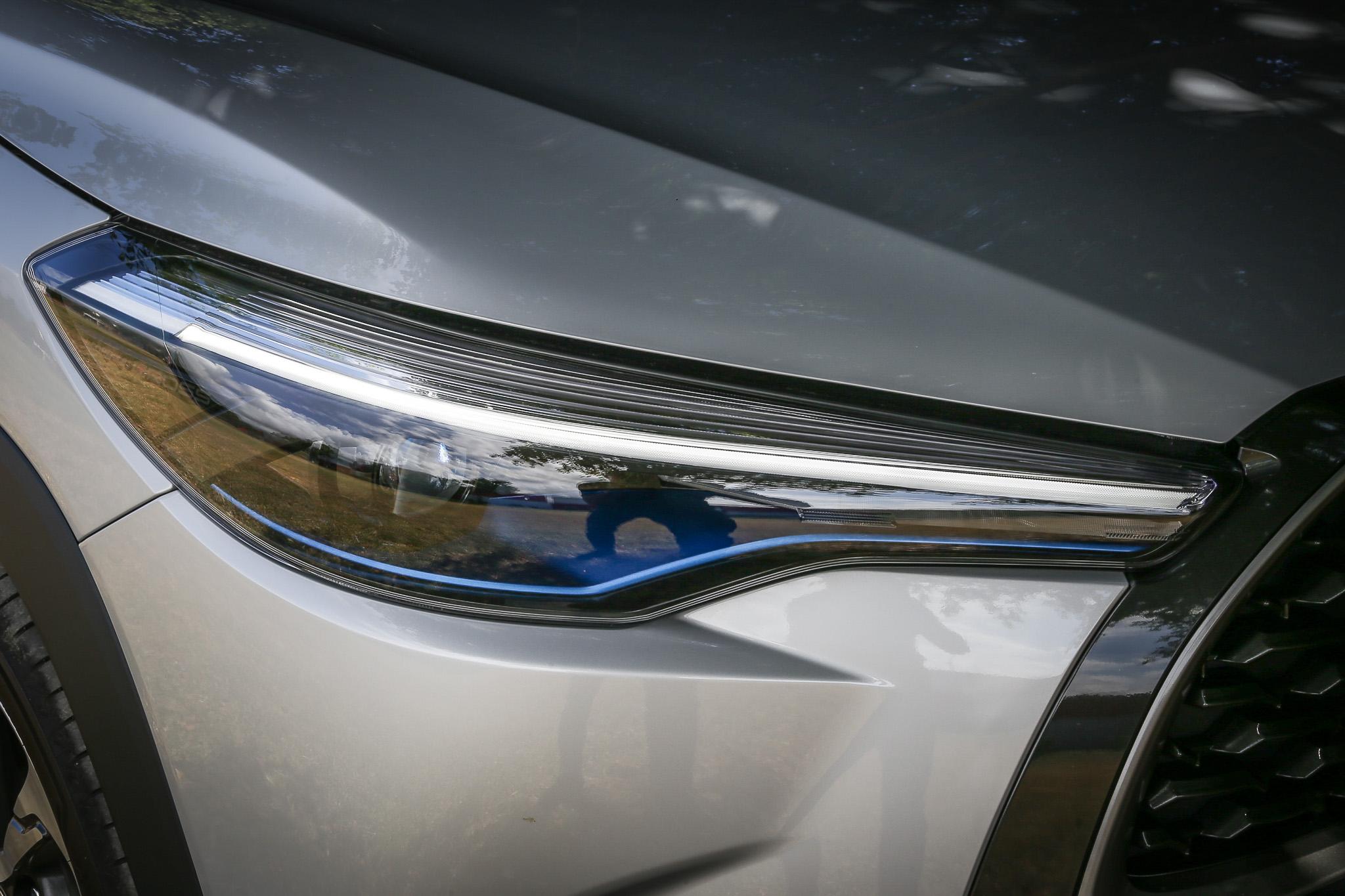 採用 Bi-Beam LED 投射式頭燈,1.8L 油電旗艦款更配備有 LED 前後霧燈。