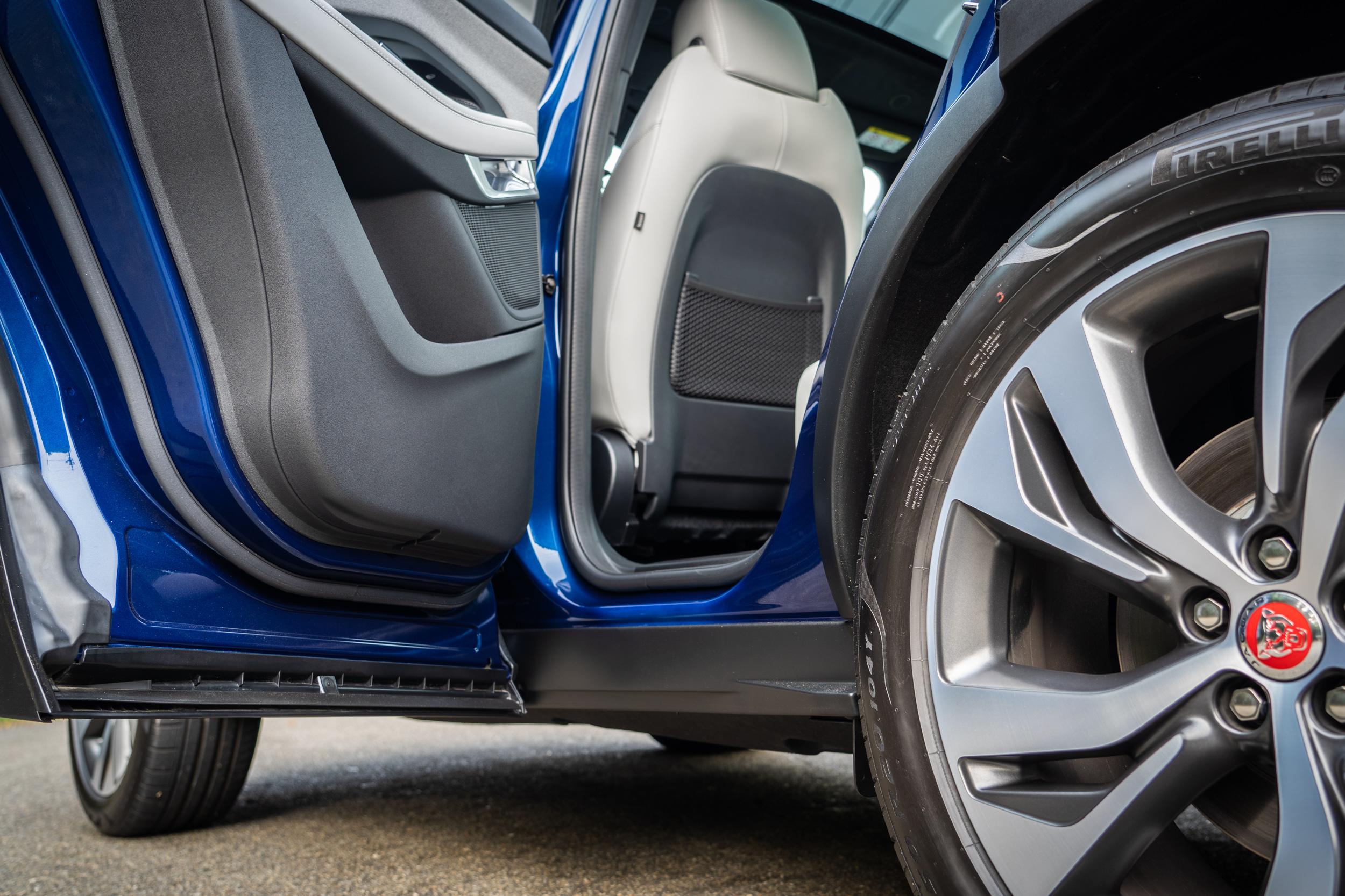 採全包式車門,上下車時可有效避免腿部髒污。