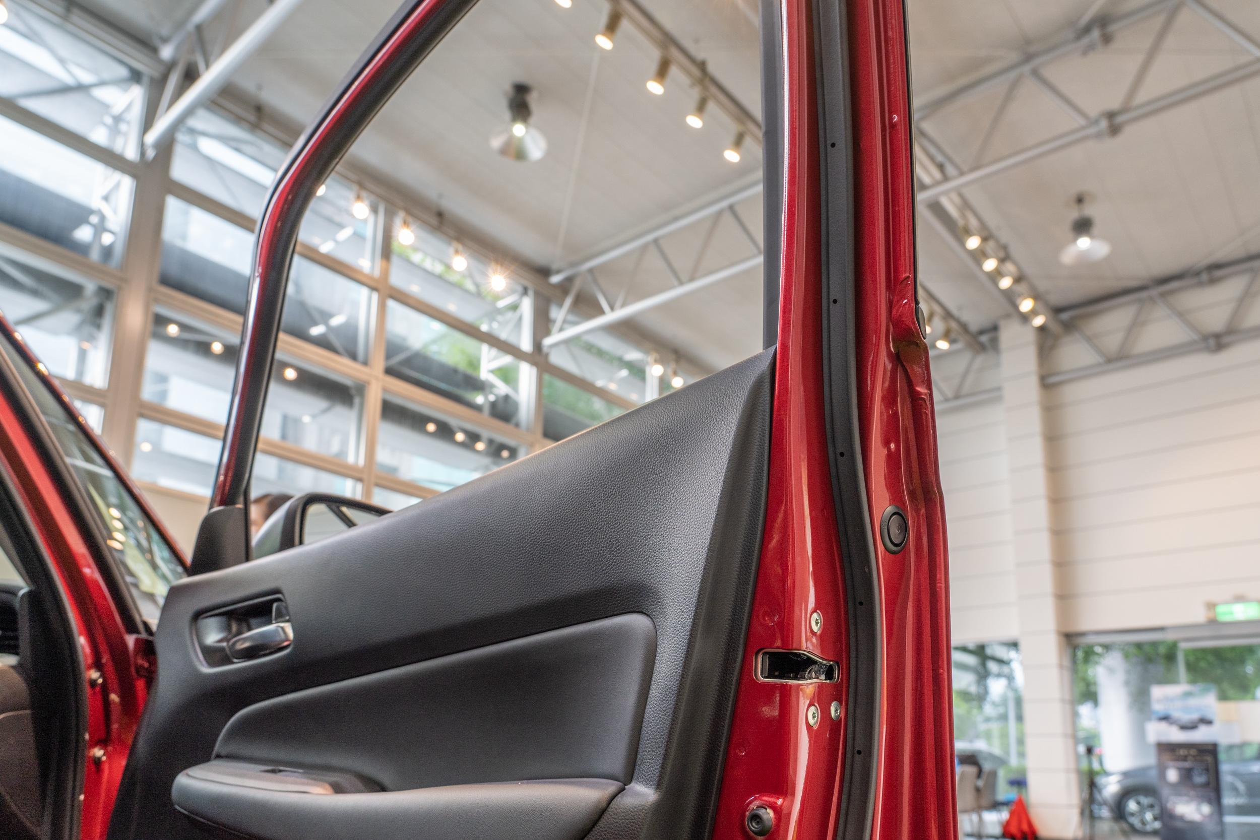 過去車門鈑件設計區分為窗框與車門上下兩部分,全新 Fit 更加簡化鈑件數量,可同步減少車門厚度與提升剛性。