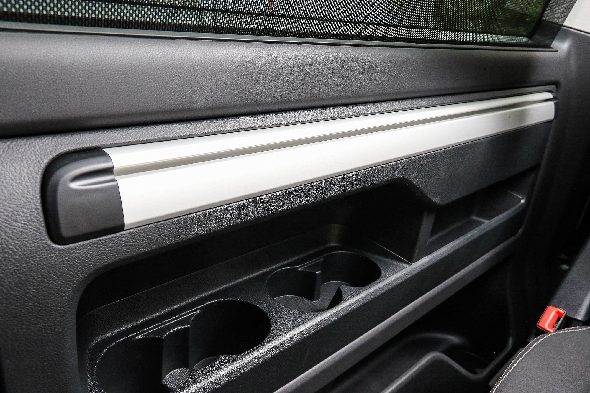 折疊桌依靠此滑軌固定於車內。