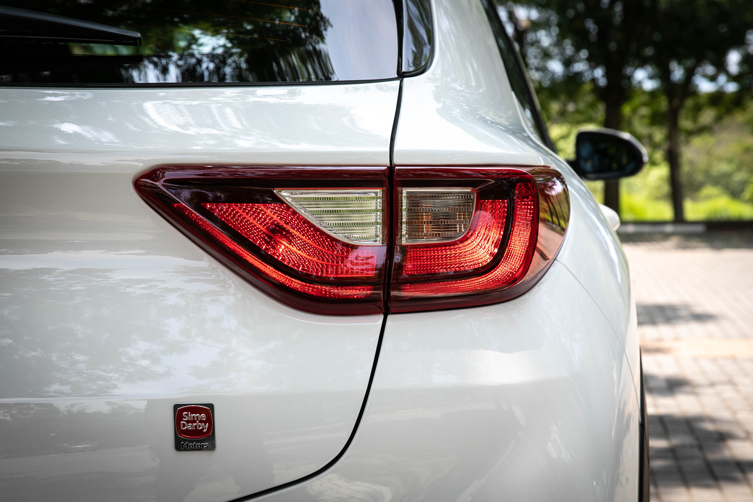 尾燈也非 LED 規格。