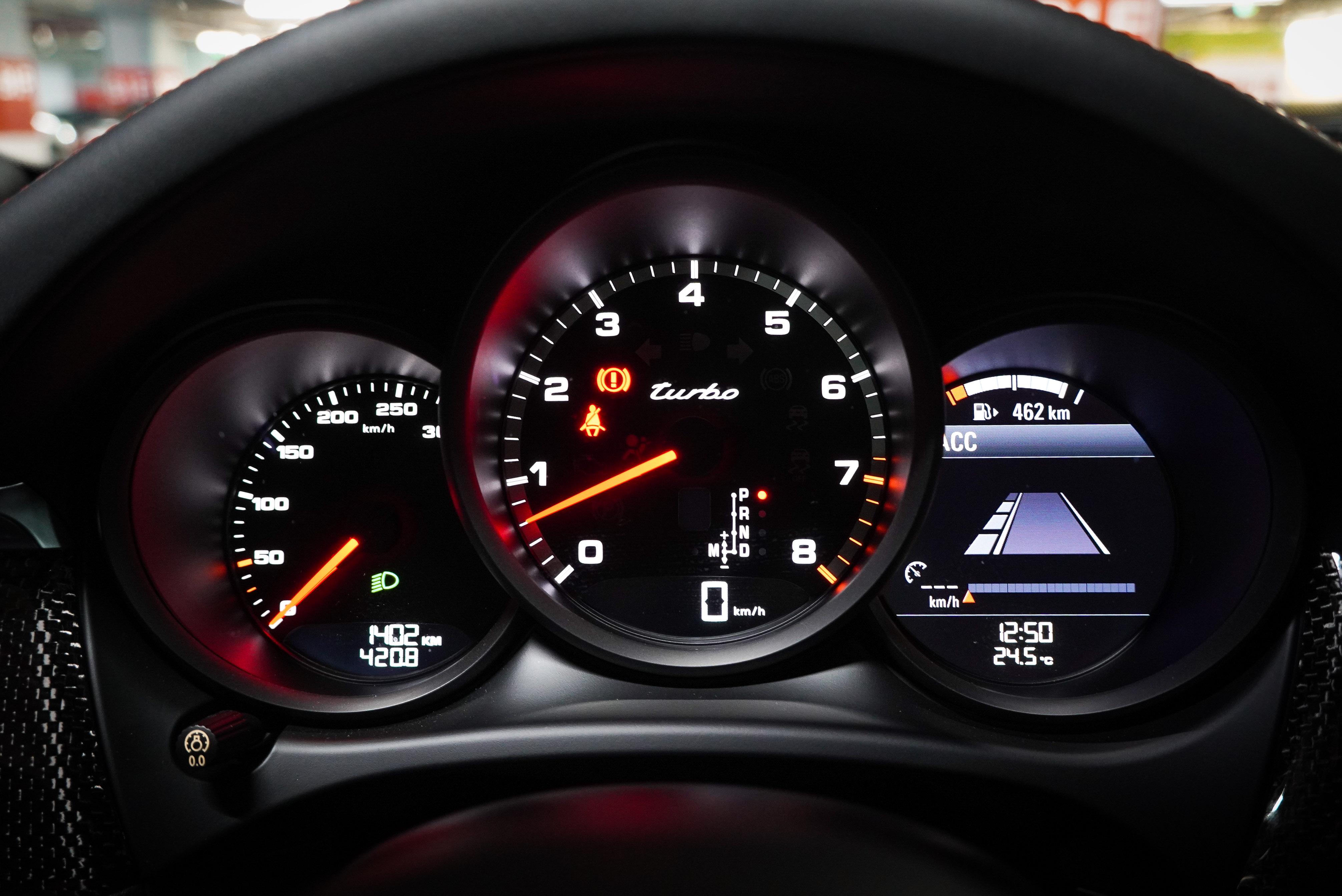 三環式儀表右方為液晶顯示幕,提供跟車系統、導航等圖資。