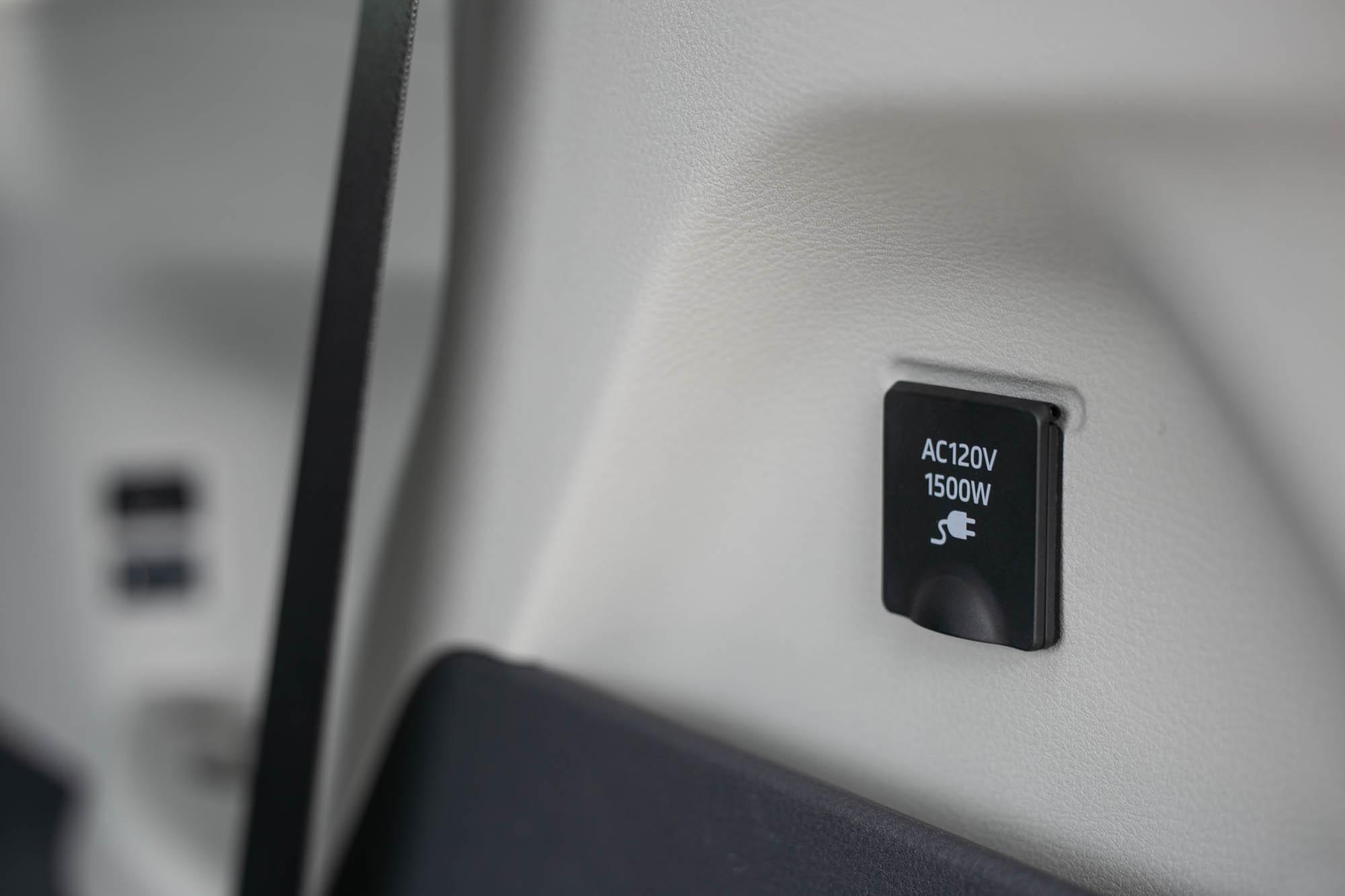 後廂右側配備 1500W 電源供應器,並有雙 AC120V 插座。