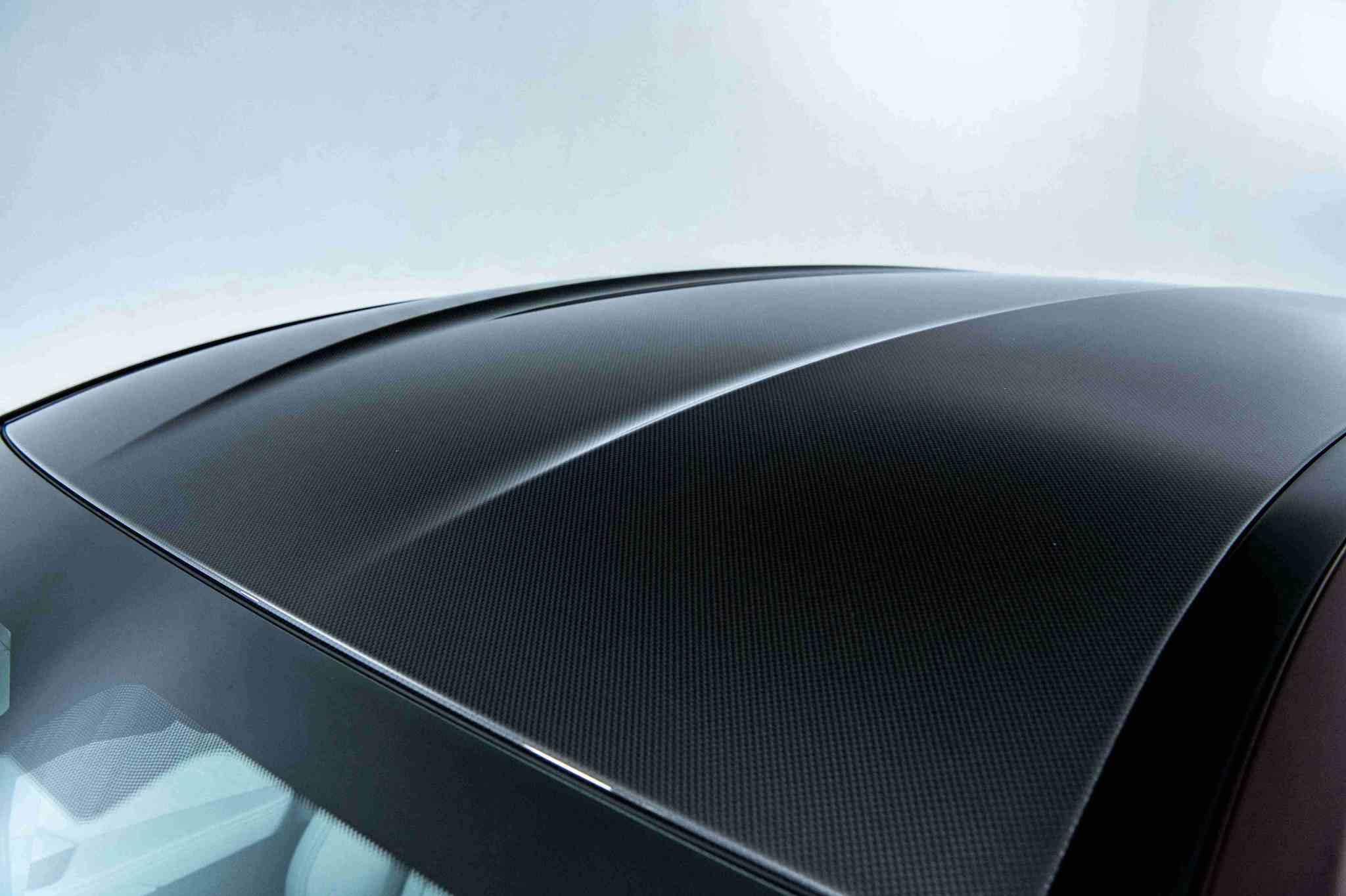 兼具輕量化與堅固強韌的 M 碳纖維車頂。