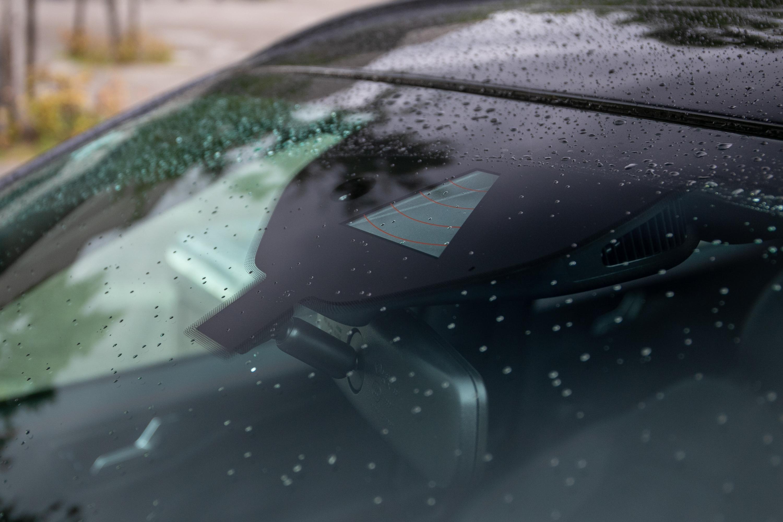 RED 道路邊緣偵測系統是透過前擋風玻璃上的攝影機主動監控。