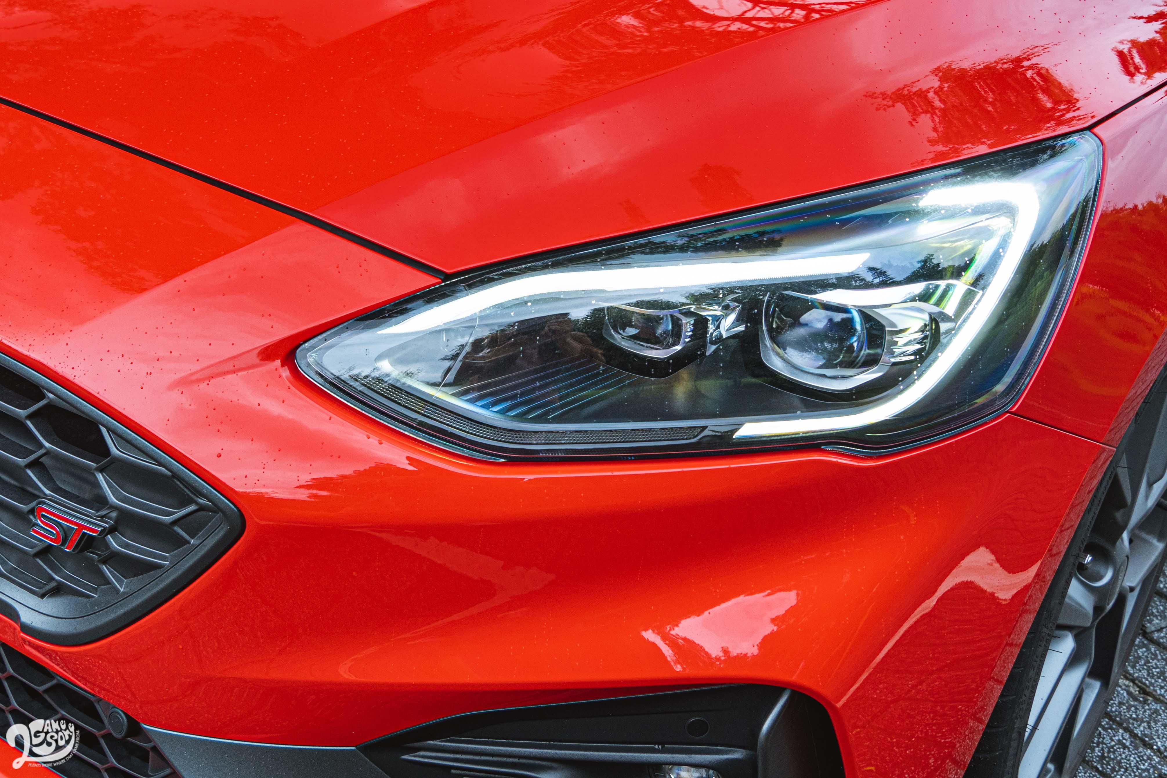 頭燈擁有與 ST 不同的「旭日之刃型」,並標配 AFS 頭燈主動式轉向照明輔助系統。