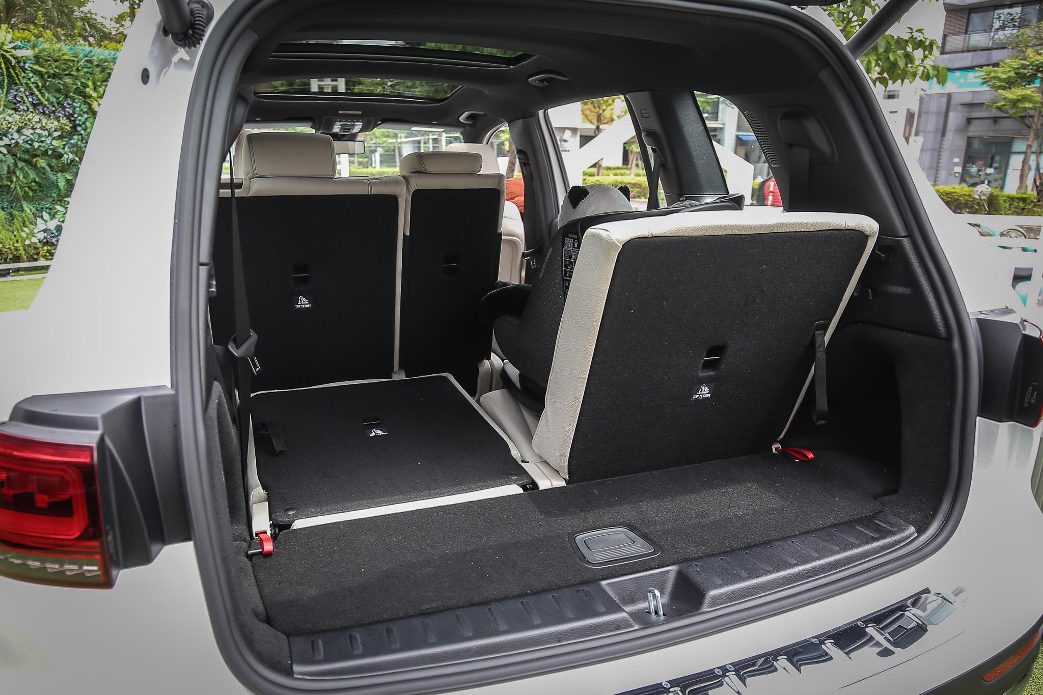 安裝第三排座椅後,後廂容積縮小許多。