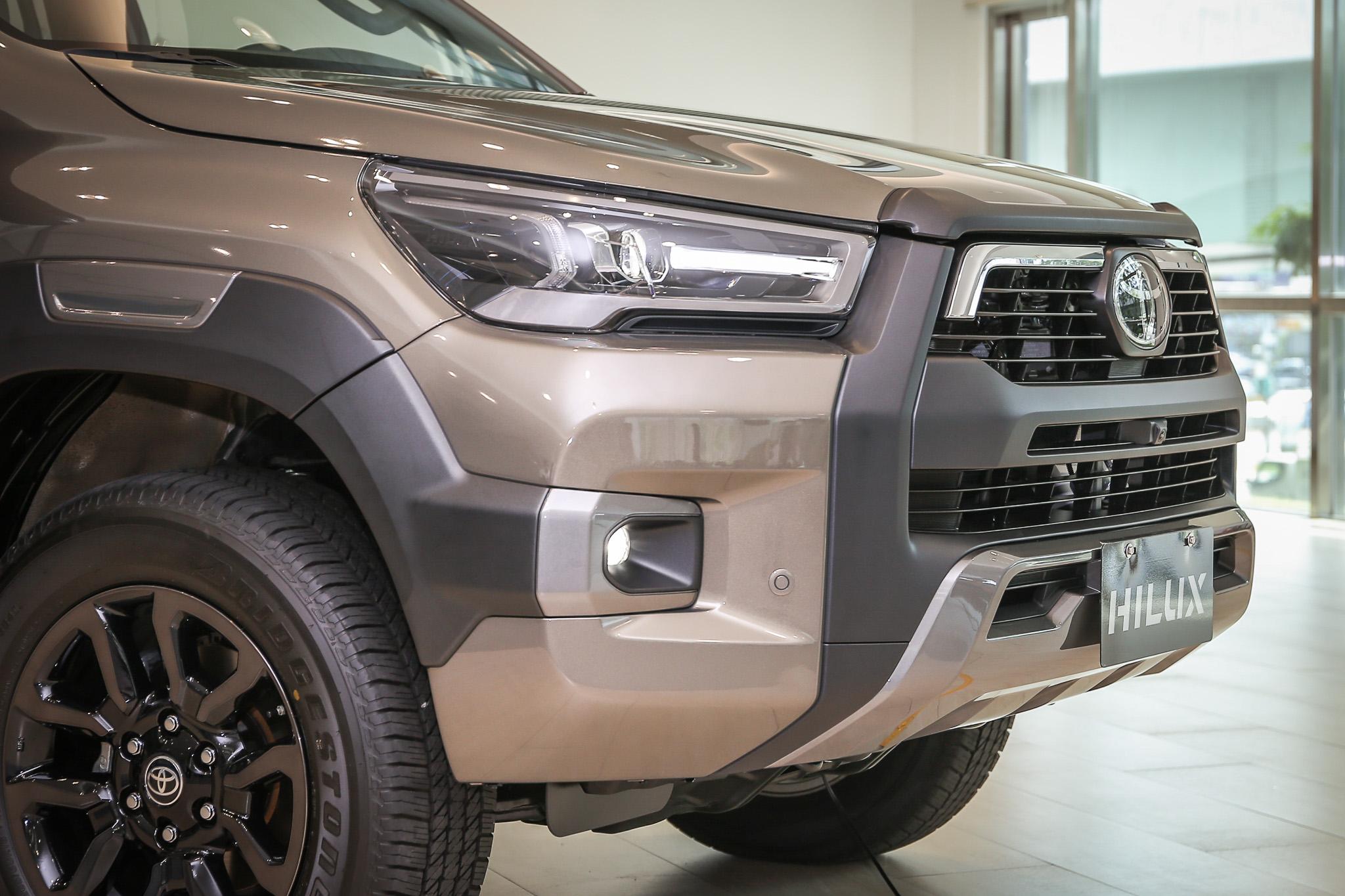 小改款 Hilux 車頭採用整合式進氣壩與水箱護罩設計,搭配大面積暗銀色下護板。