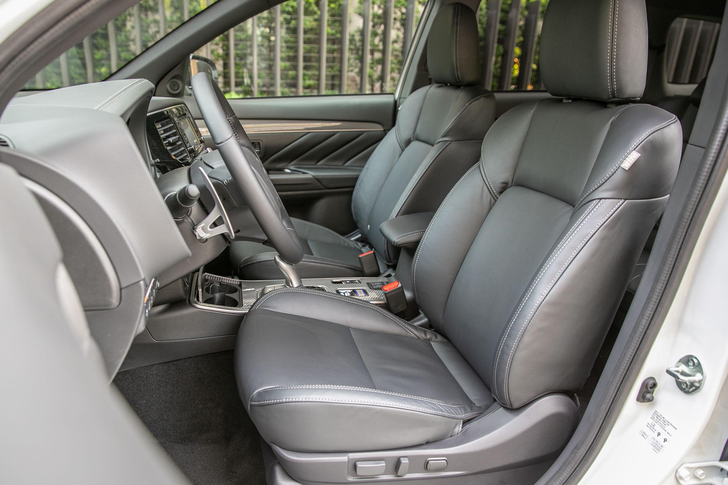 配備八向電動調整駕駛座椅、駕駛座電動腰靠、雙前座加熱功能。