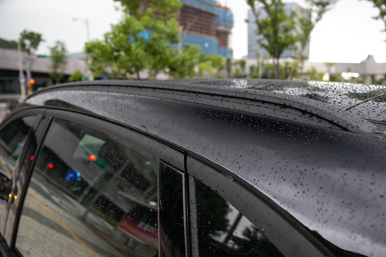 窗框與車頂架都是霧黑設計。