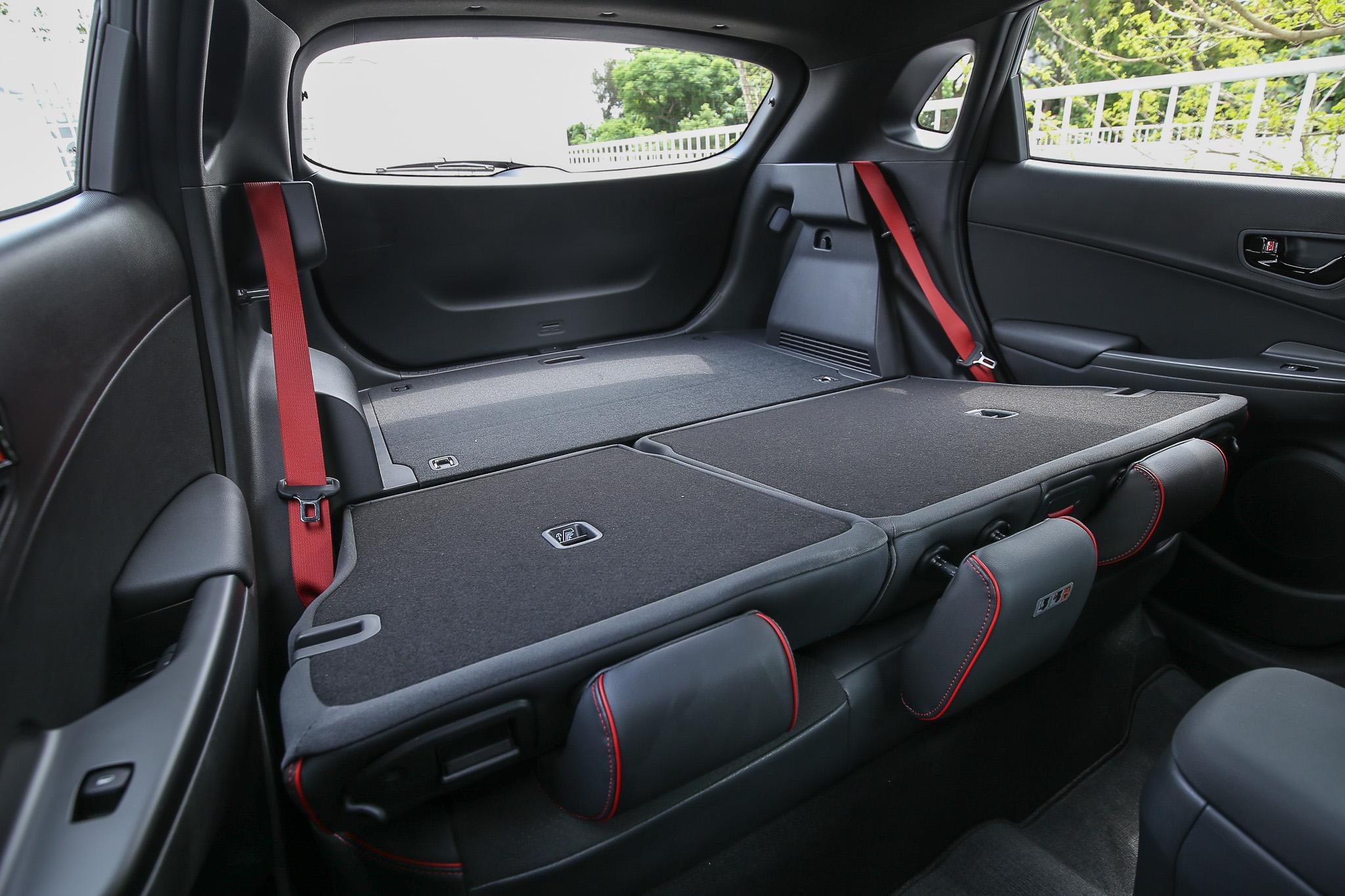 行李廂容積與汽油車款相同,標準乘坐時皆為  361 公升,還可透過後座椅的 6/4 傾倒機制進一步擴充置物容積。
