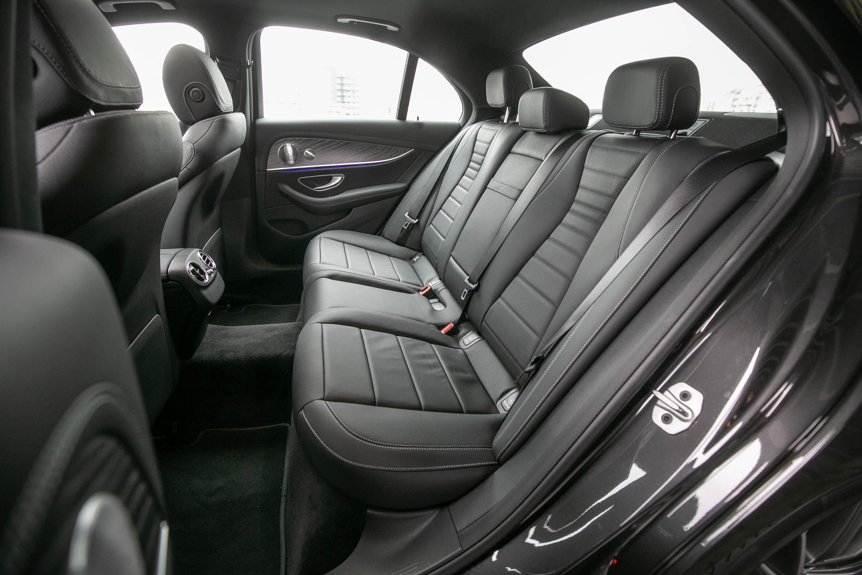 前後座椅造型與縫線與車內線條曲線相呼應。