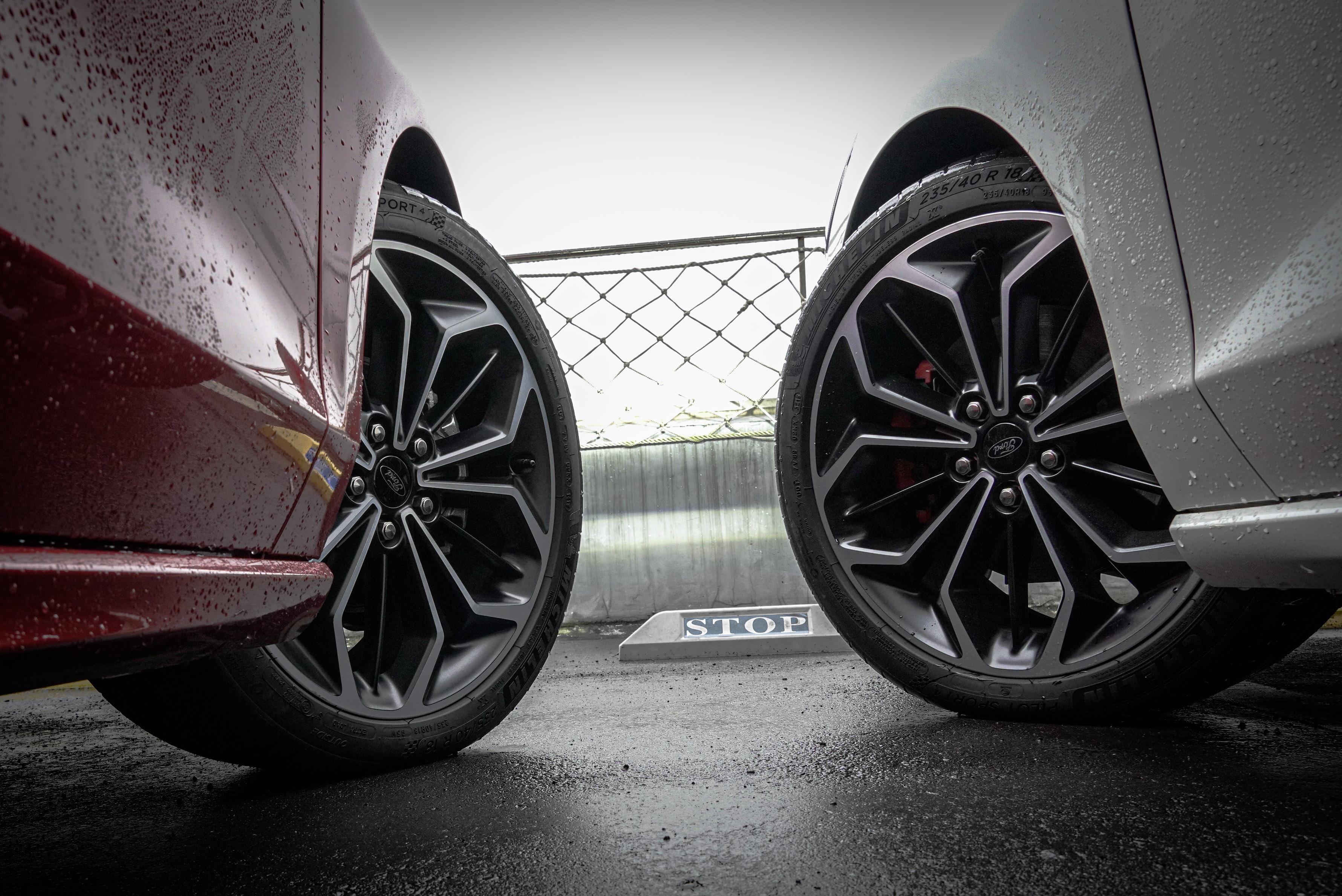 Lommel 使用賽道級煞車系統,包含紅色卡鉗、加大前/後碟盤(308/302mm)。
