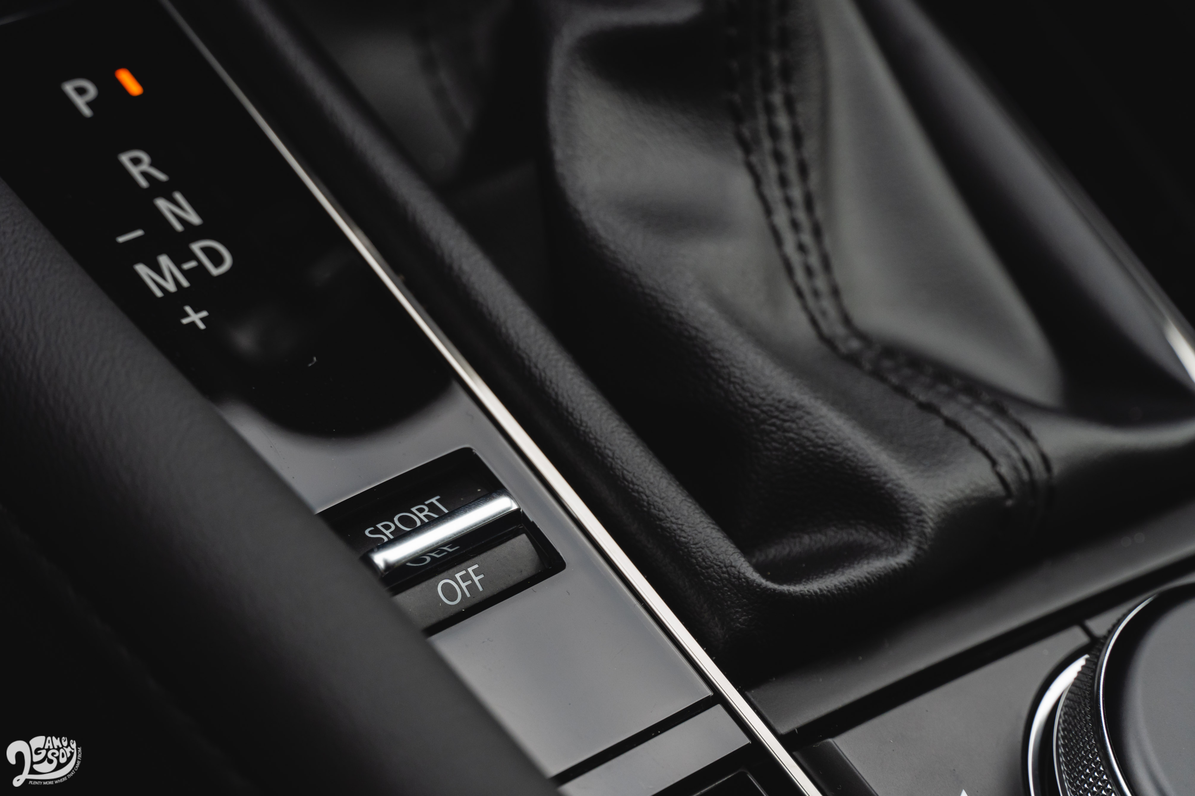 排檔桿左方有 Sport 按鍵。