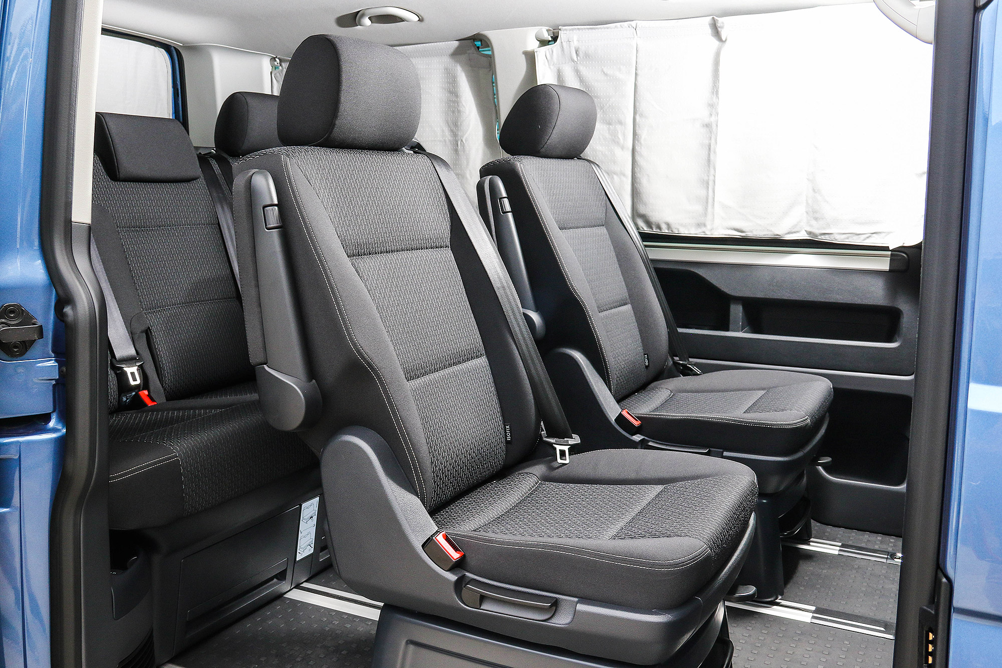 第二排座椅具有前後無段滑移與 180 度旋轉功能,第三排座椅也可無段式滑移。