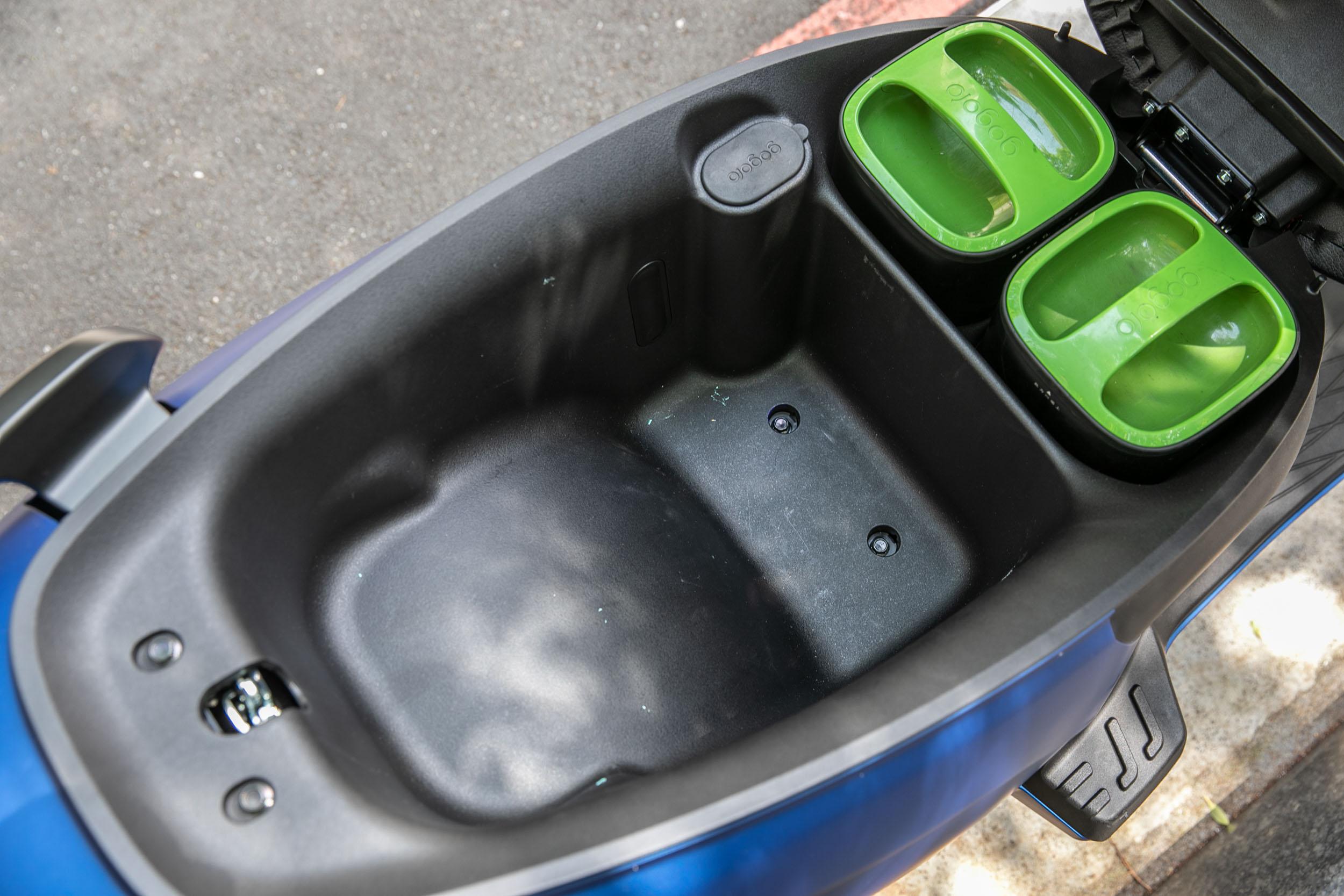 坐墊下具備 26.5 公升置物容積。