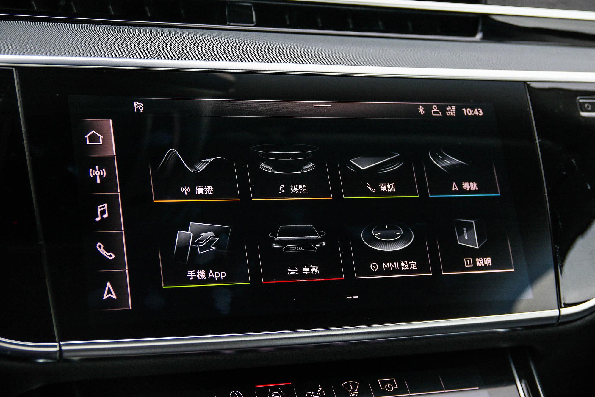 上方的 10.1 吋螢幕為主要顯示與操作畫面。