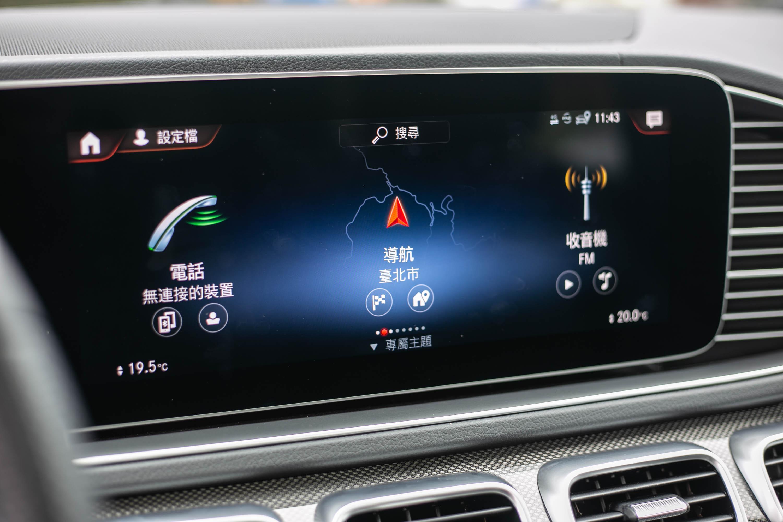 右側螢幕為 12.3 吋高解析度觸控規格。