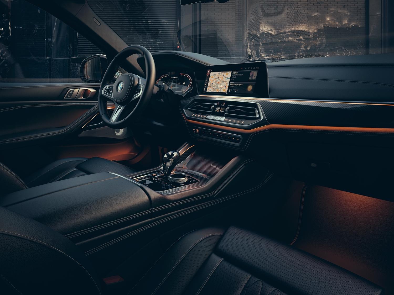 全新世代的 BMW 全數位虛擬座艙,承襲駕駛者導向的設計理念。