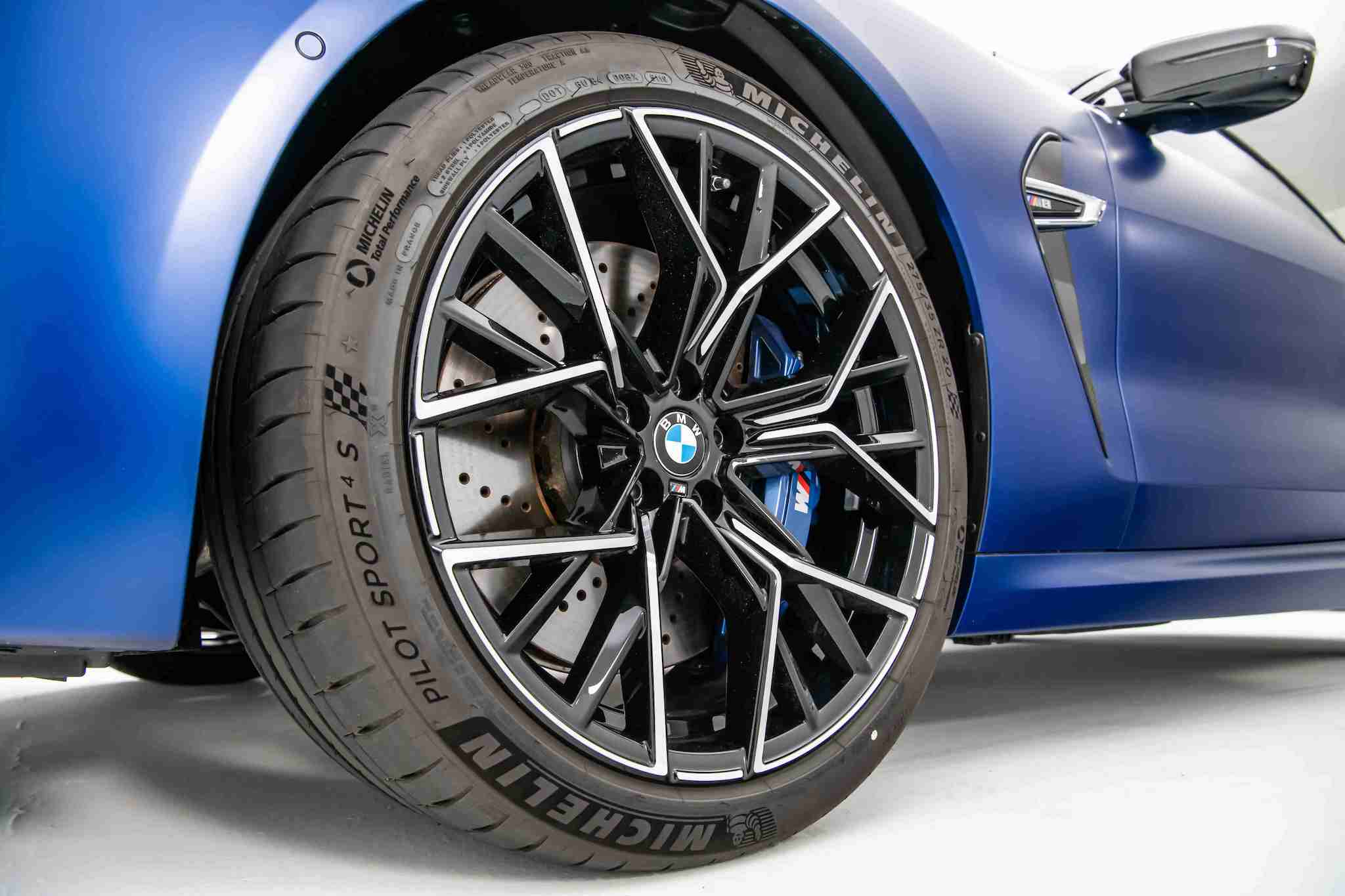 全新 BMW M8 專屬的 20 吋 M 星幅式 811M 型輪圈。
